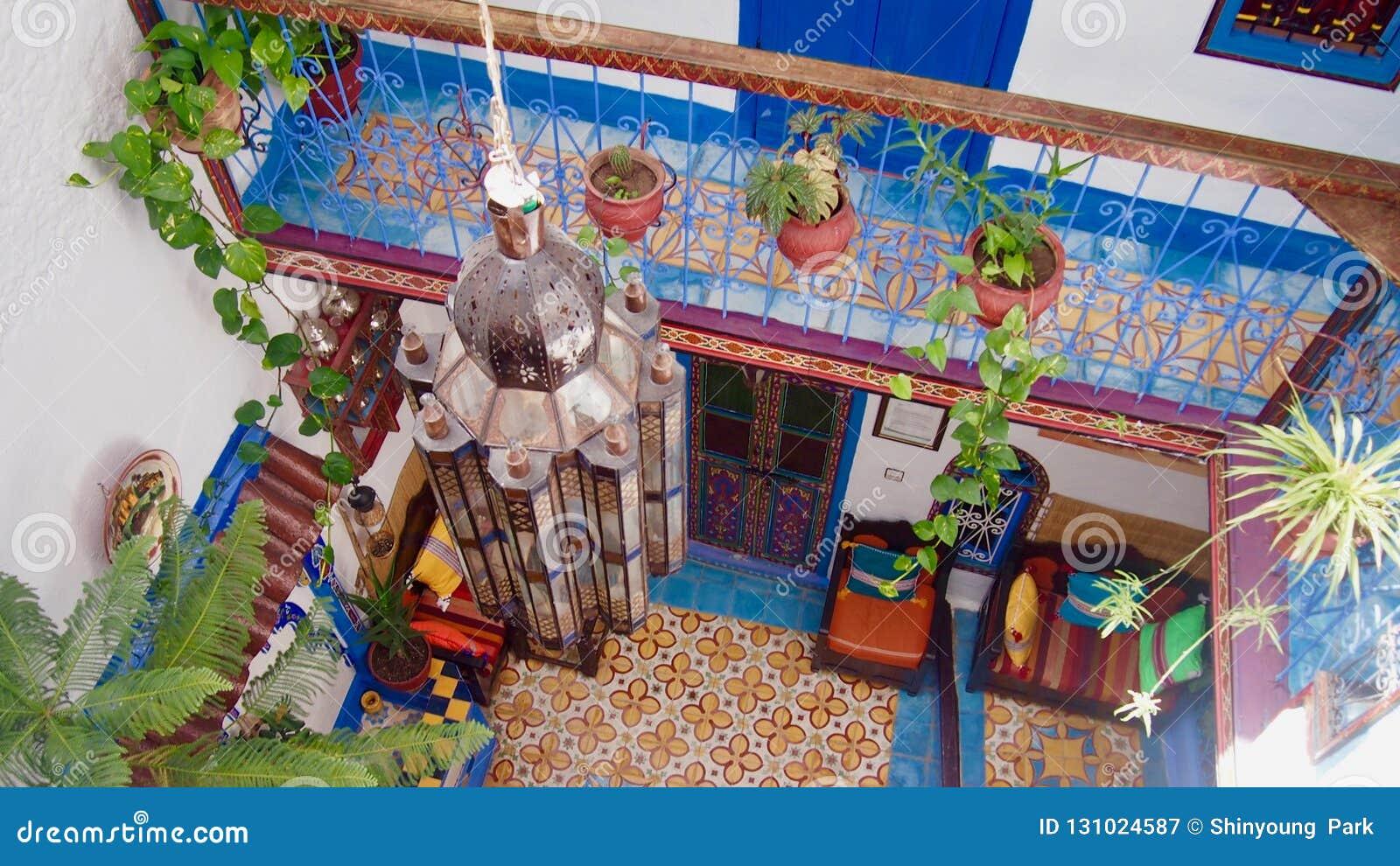 Binnen van een kleurrijk Marokkaans huis, chefchaouen het hotel binnen, Moroc