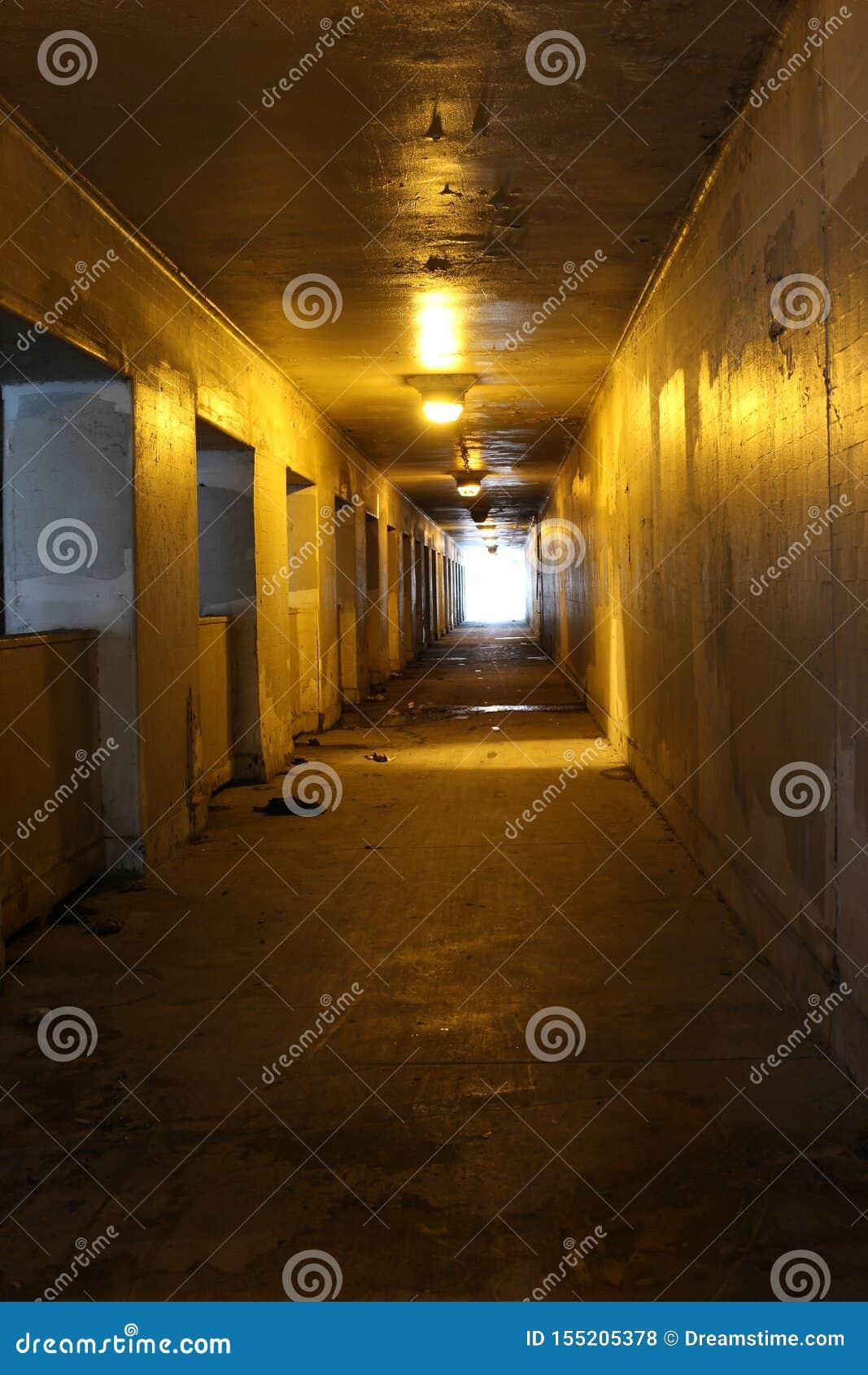 Binnen van een tunnel met lichten