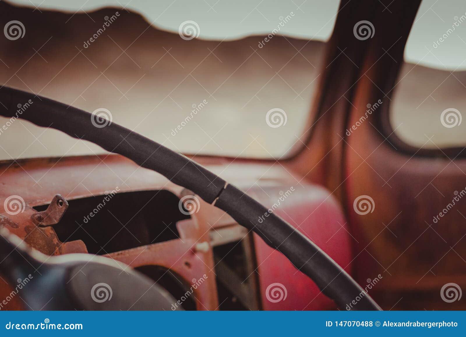 Binnen van oude, rode auto in Ryoliet, Doodsvallei, Californië, de V.S.