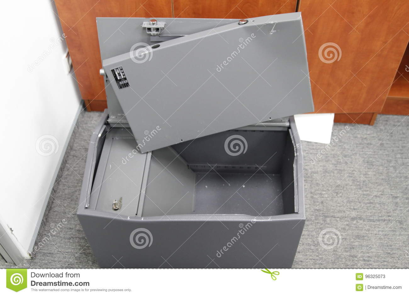 Binnendrongen in een beveiligd computersysteem brandkast in één van de bureaus van het commerciële centrum tijdens het onderzoek