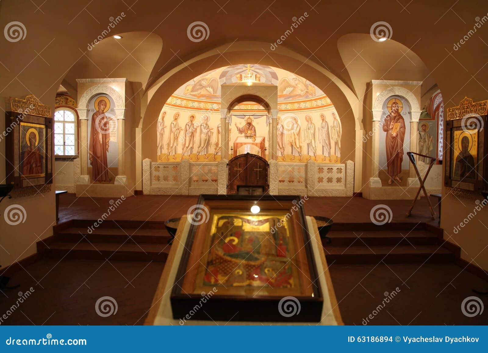 Binnenland, altaar, pictogrammen, fresko s, doopdoopvont, in de oude Russische traditionele orthodoxe kerk