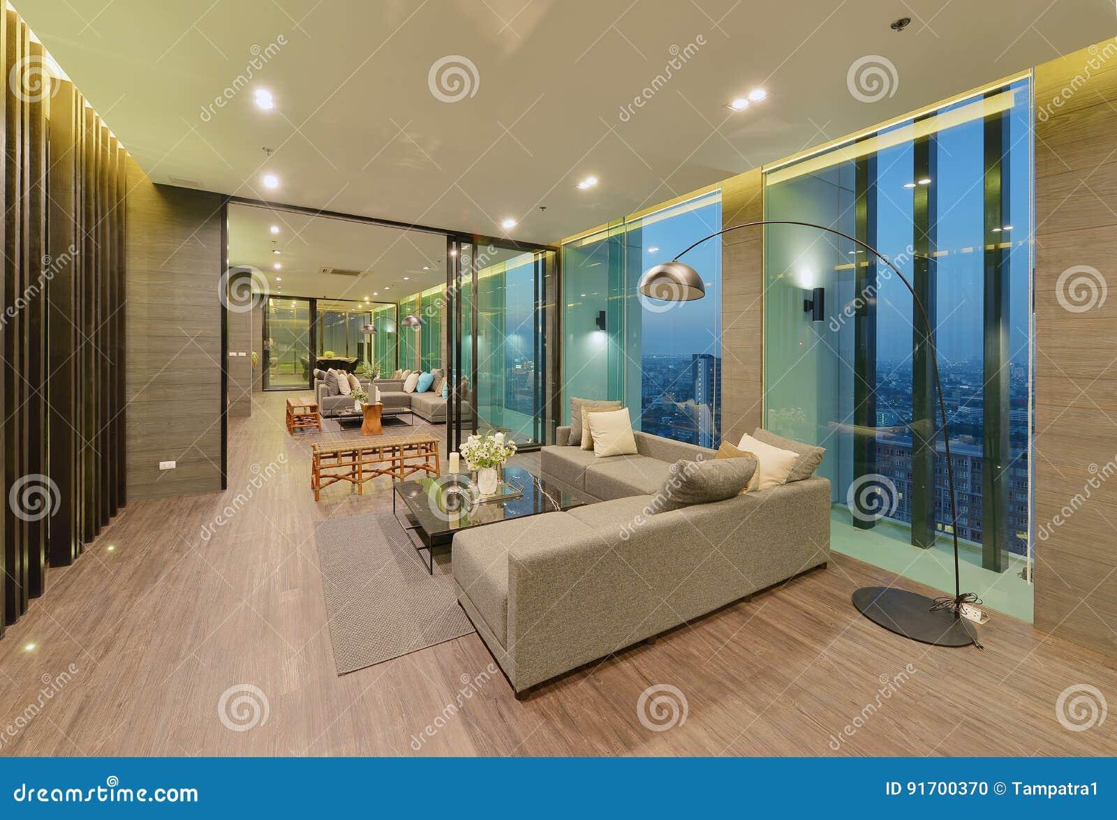 Binnenland en de decoratie van de luxe het moderne woonkamer bij