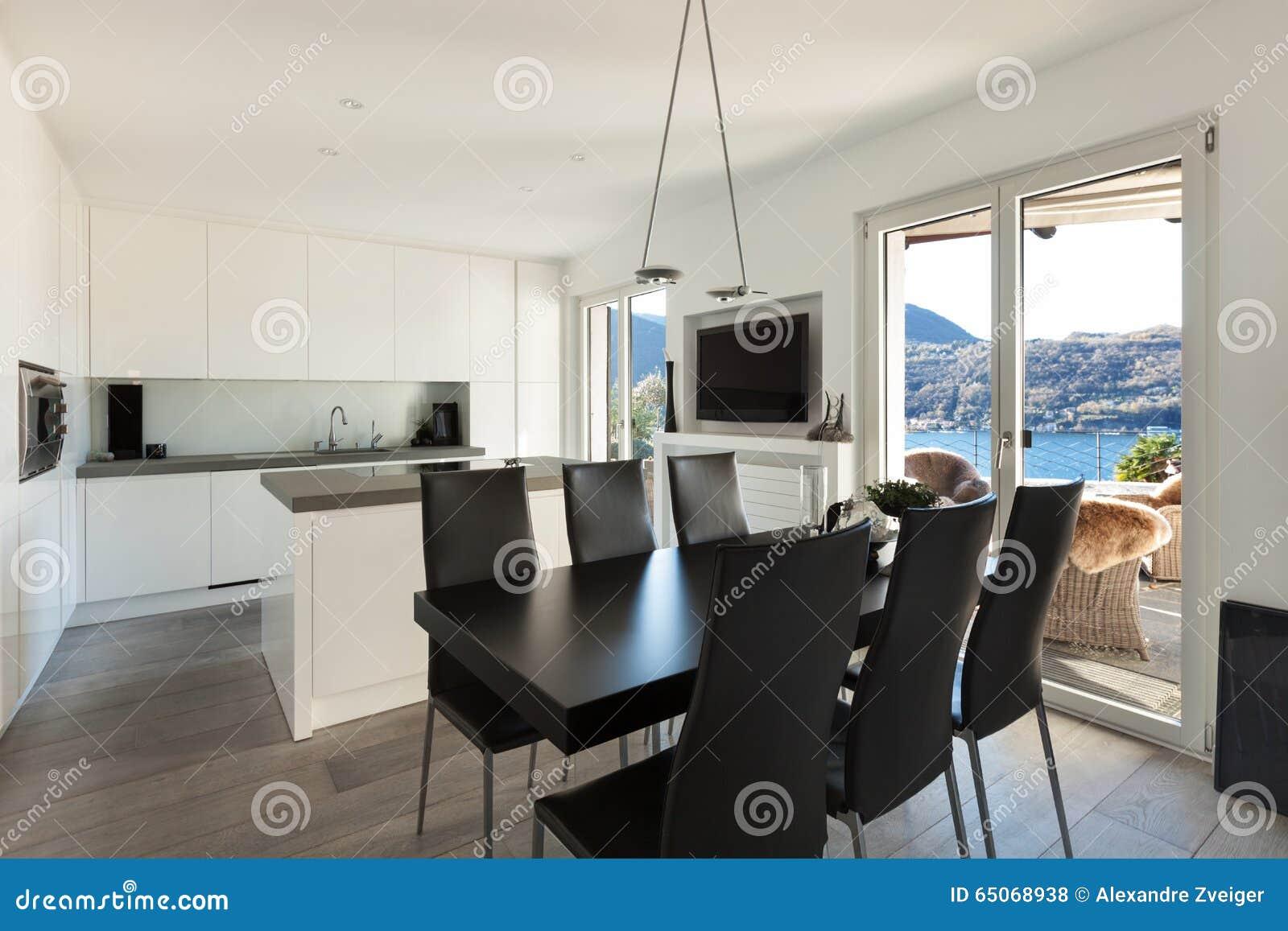 Binnenland, keuken met zwarte eettafel stock foto   afbeelding ...