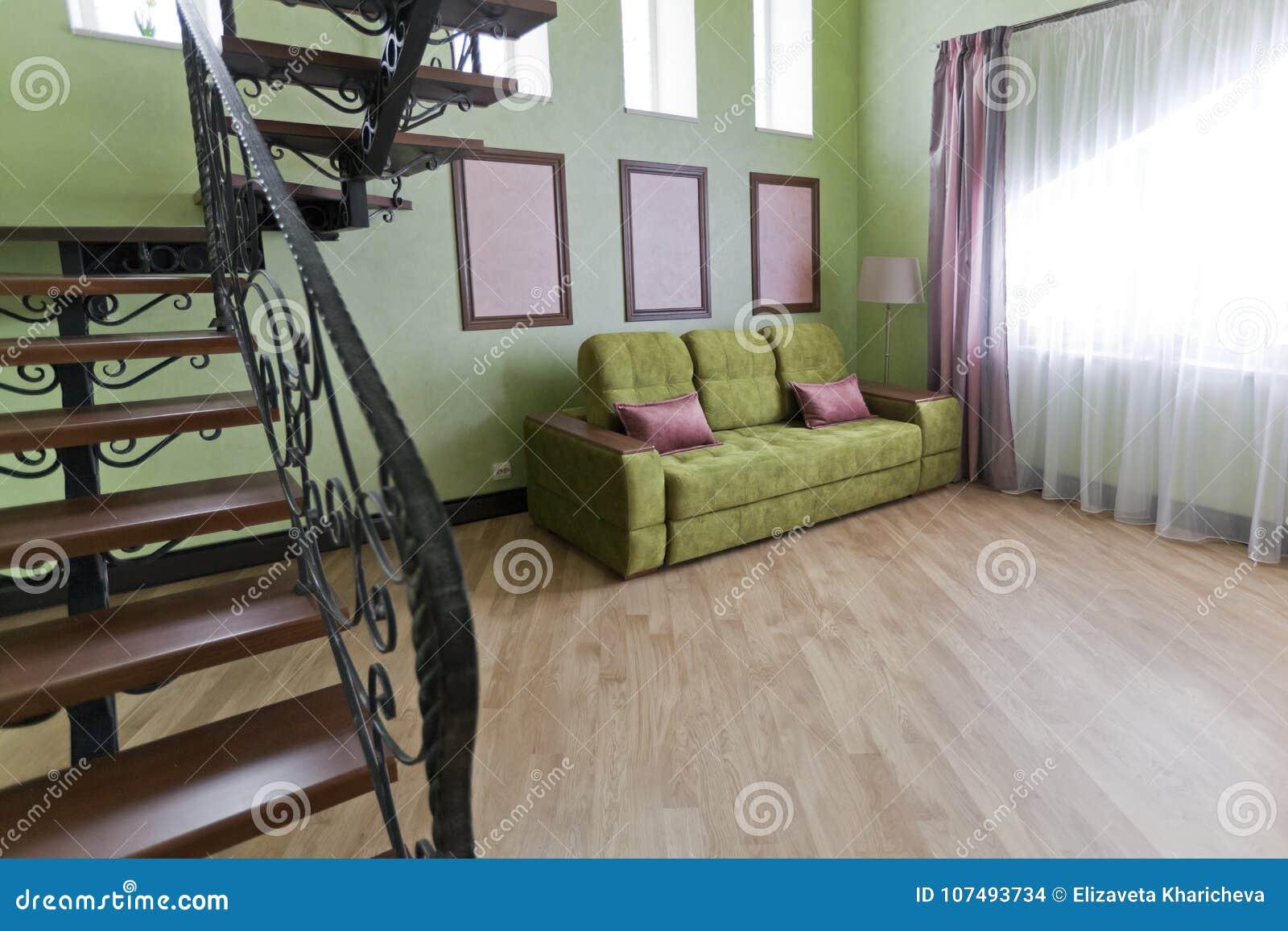 Wenteltrap In Woonkamer : Binnenland met een metaal zwarte trap met houten stappen en een