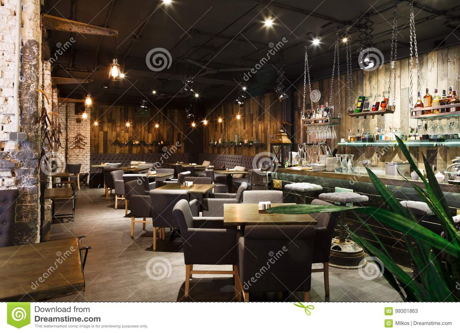 Binnenland van comfortabel restaurant, zolderstijl