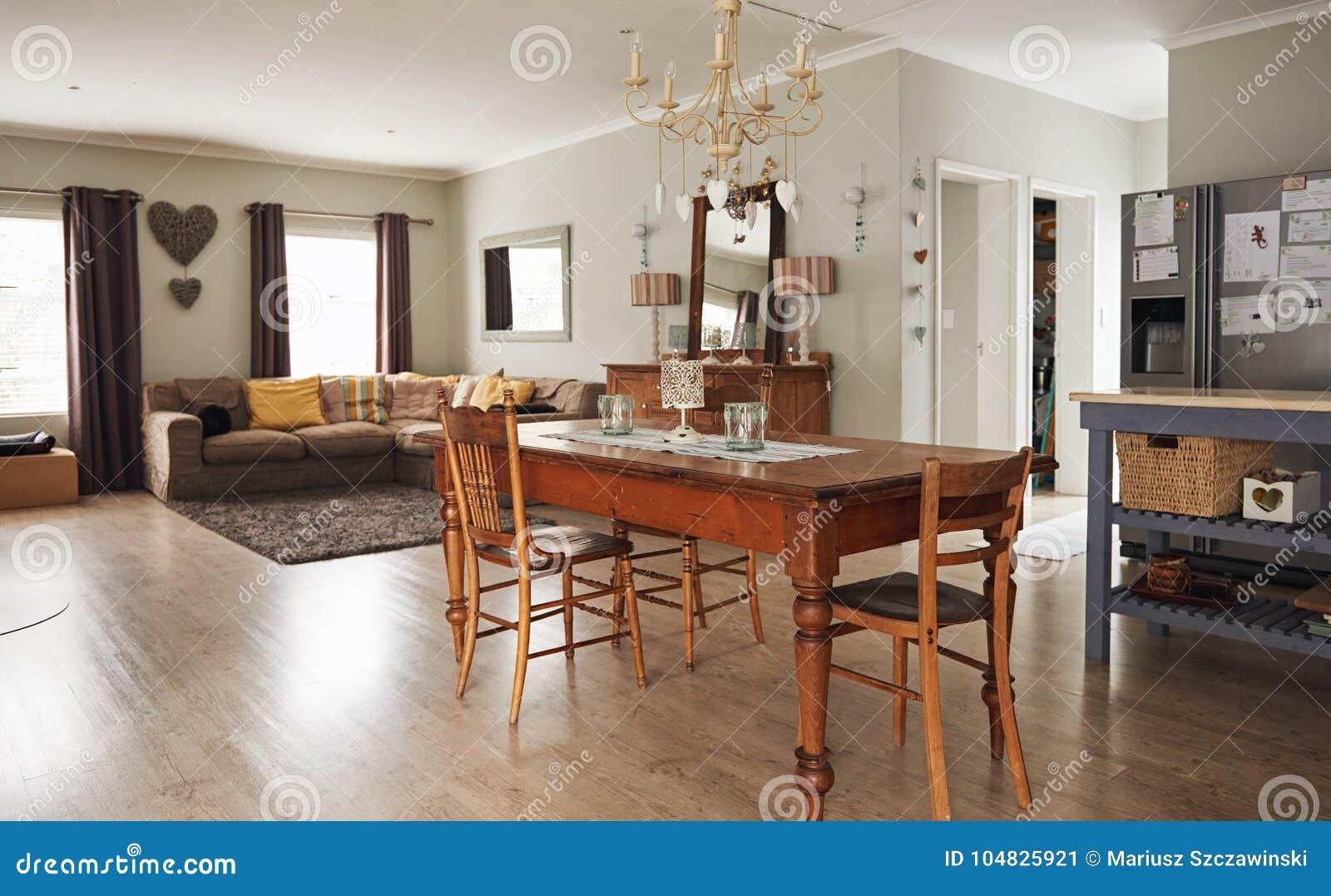 Eettafel In Woonkamer : Binnenland van de eettafel en de woonkamer van een huis stock