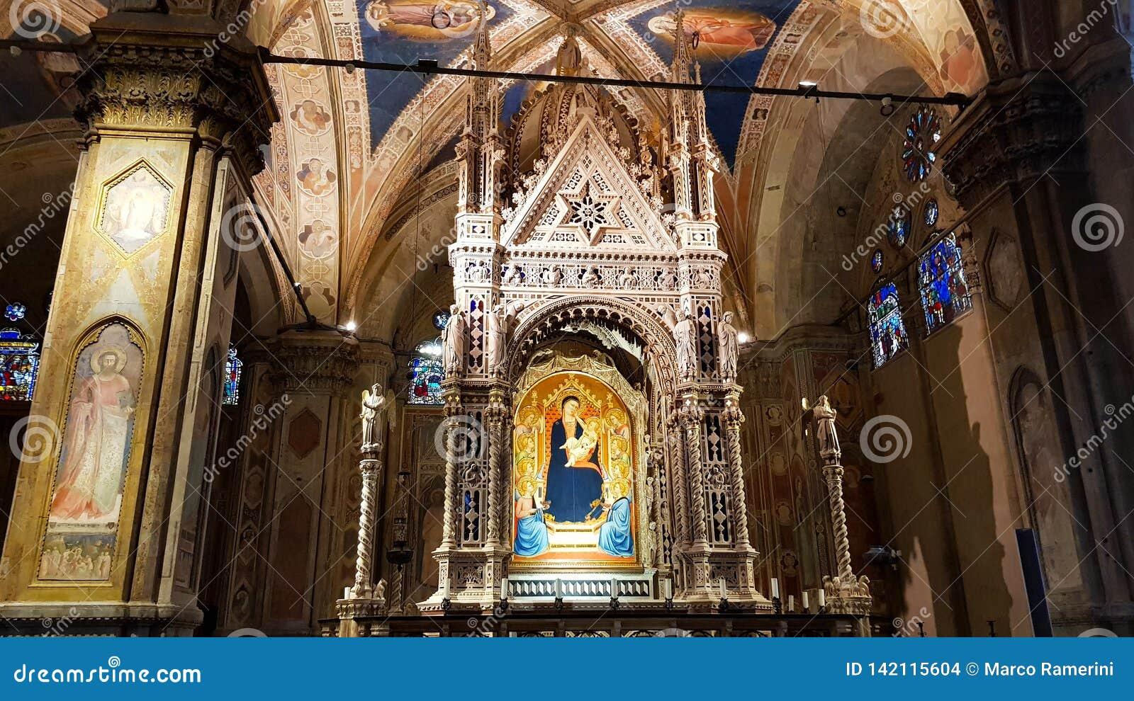 Binnenland van de Kerk van Orsanmichele, met met juwelen getooide Gotische Taberna van Andrea Orcagna