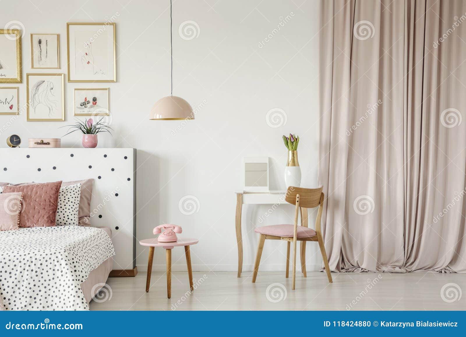 Roze Slaapkamer Stoel : Binnenland van de pastelkleur het roze slaapkamer stock foto