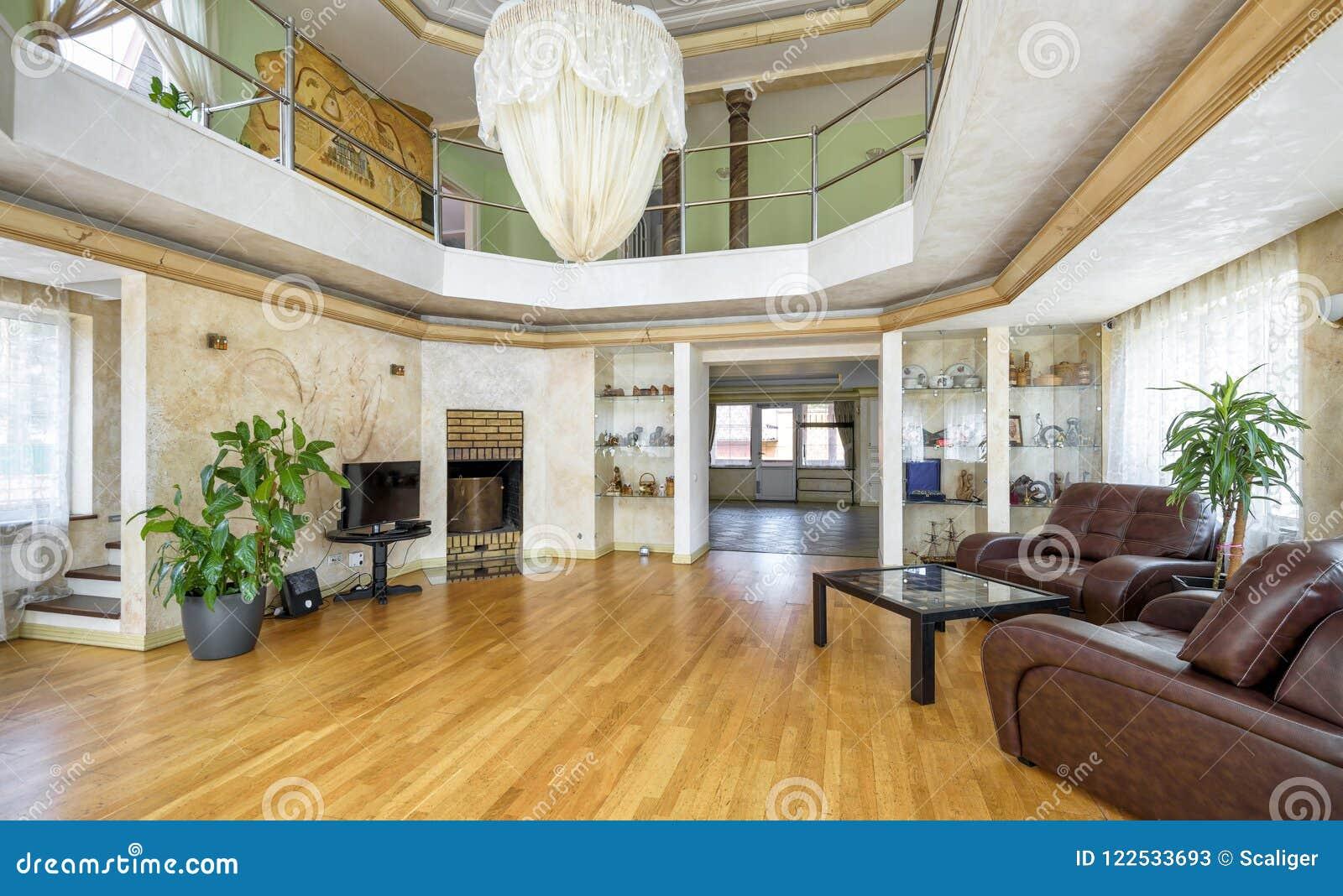Binnenland van een atrium van het luxe eigentijds huis redactionele
