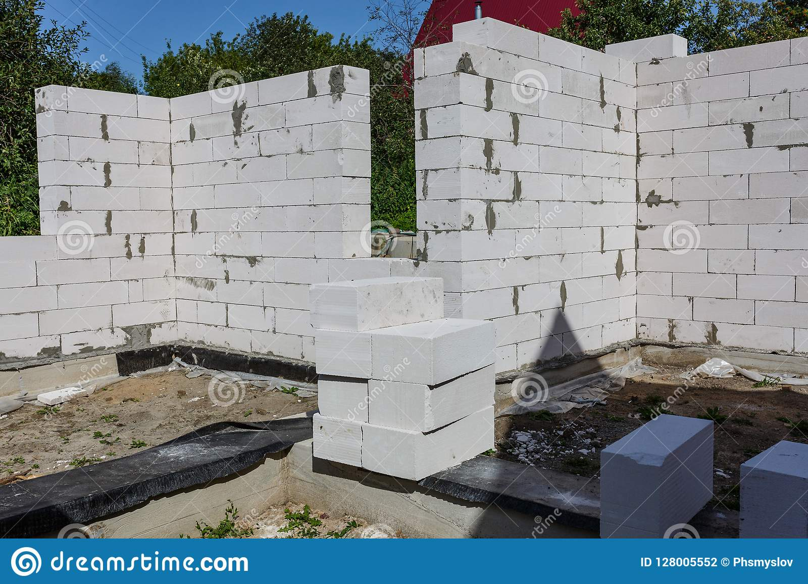 Binnenland van een buitenhuis in aanbouw Plaats waarop de muren van gas concrete blokken worden gebouwd