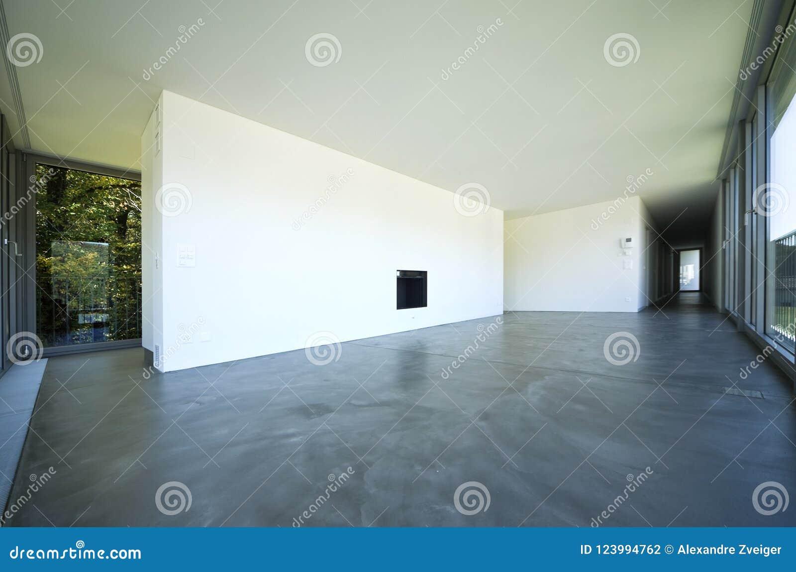 Binnenland Van Een Lege Ruimte Een Woonkamer Een Grote Witte Muur Met Een Open Haard In Het Midden Stock Foto Afbeelding Bestaande Uit Leeg Deuren 123994762