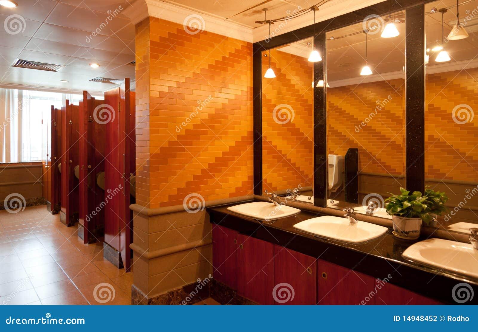 Binnenland van een luxe openbaar toilet stock foto afbeelding