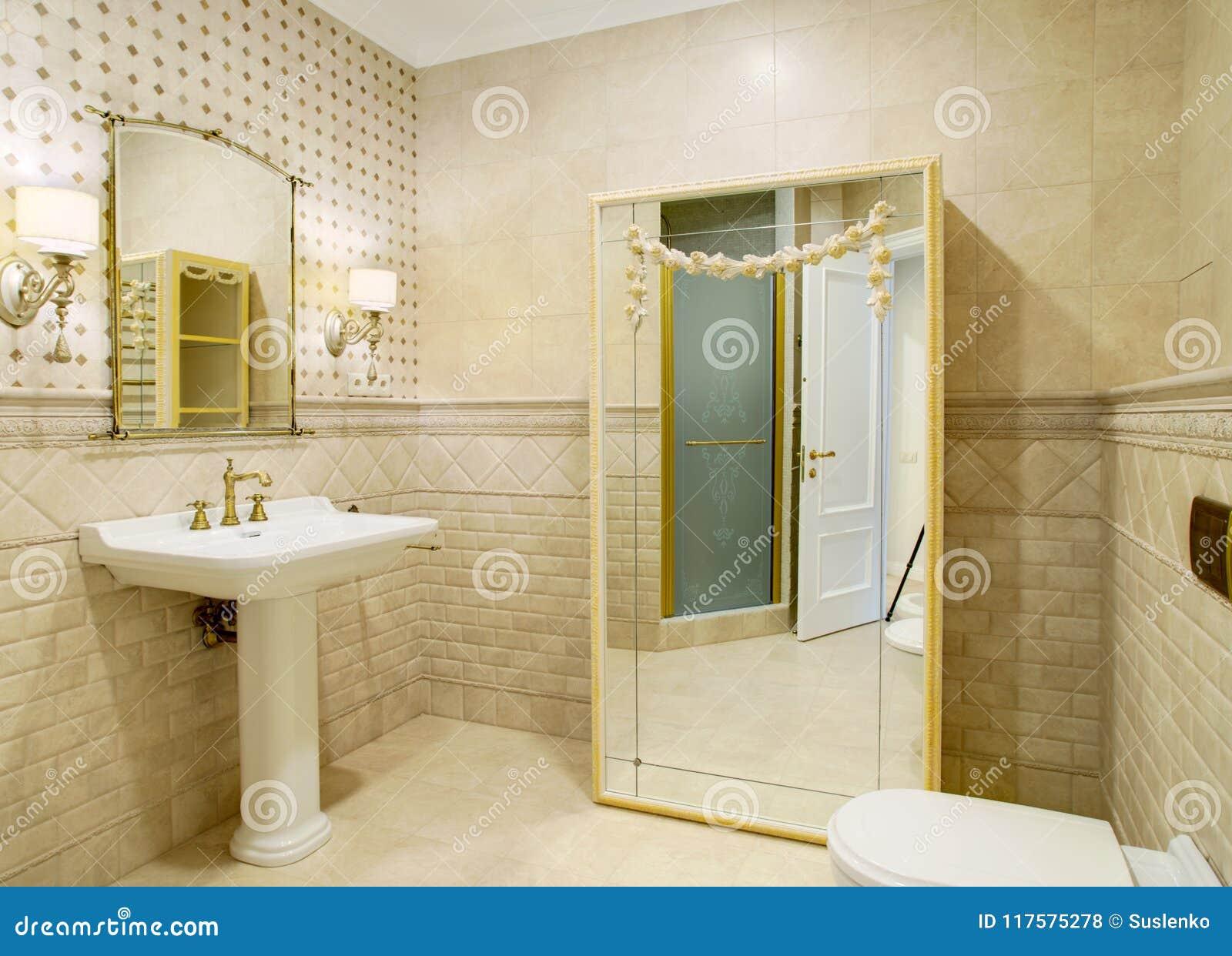 Binnenland van een luxueuze toiletruimte in een klassieke stijl