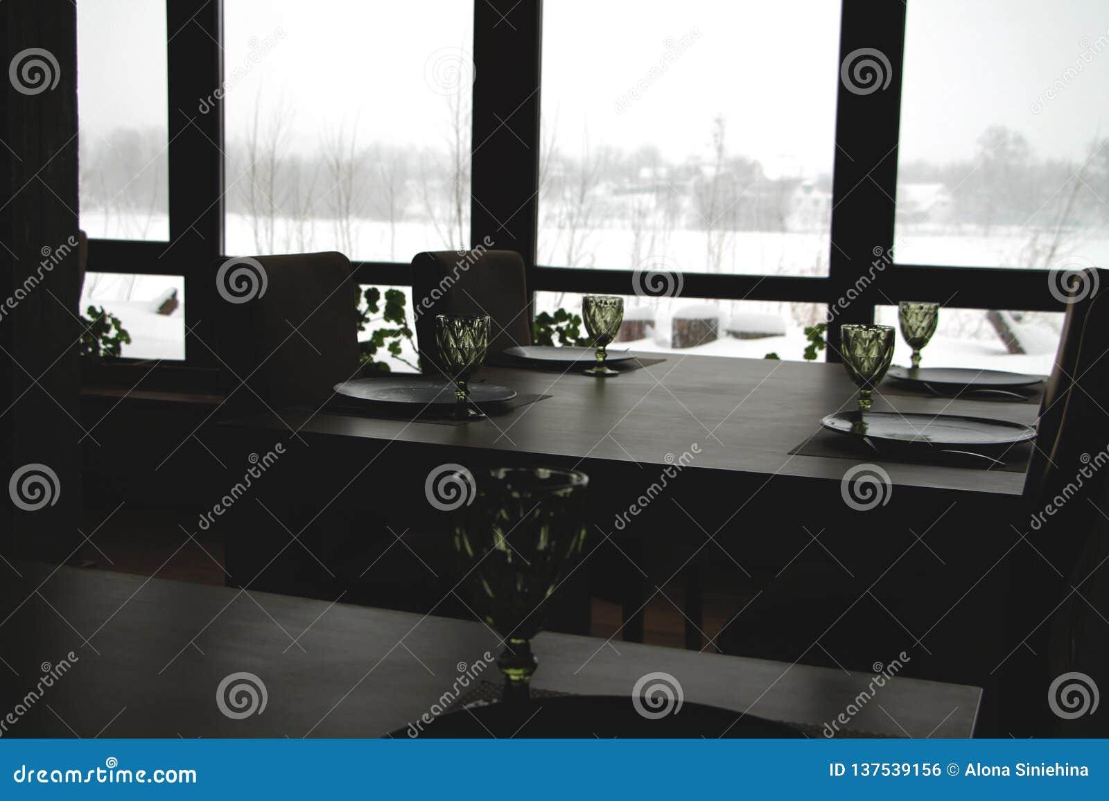 Binnenland van een modern restaurant van het land Mening van het de winterlandschap