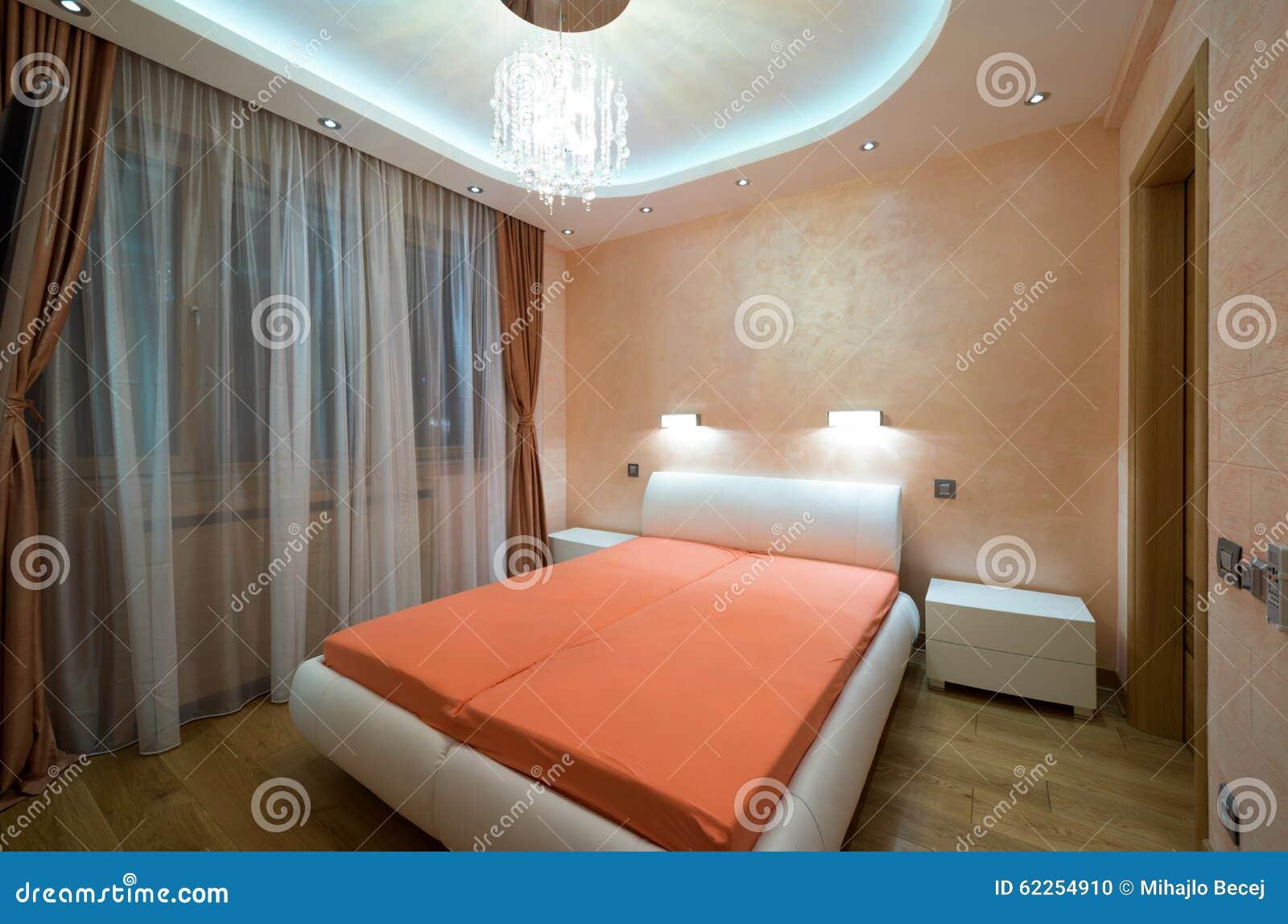 Binnenland van een moderne slaapkamer met de lichten van het luxeplafond stock foto afbeelding - Eigentijdse slaapkamer ...