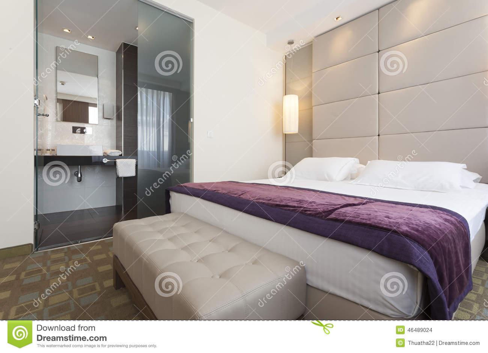 Binnenland van een slaapkamer van het luxehotel met badkamers stock foto afbeelding 46489024 - Foto van volwassen slaapkamer ...