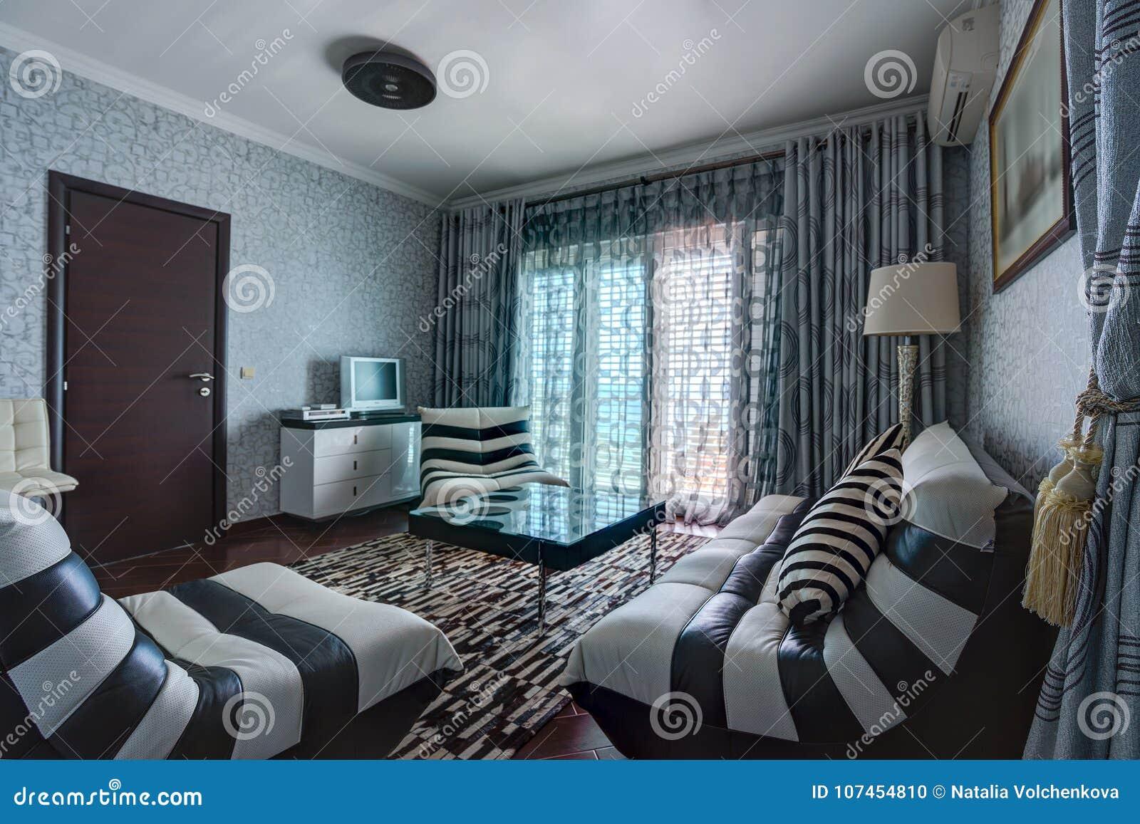 Binnenland Van Een Woonkamer In Een Villa Stock Foto - Afbeelding ...