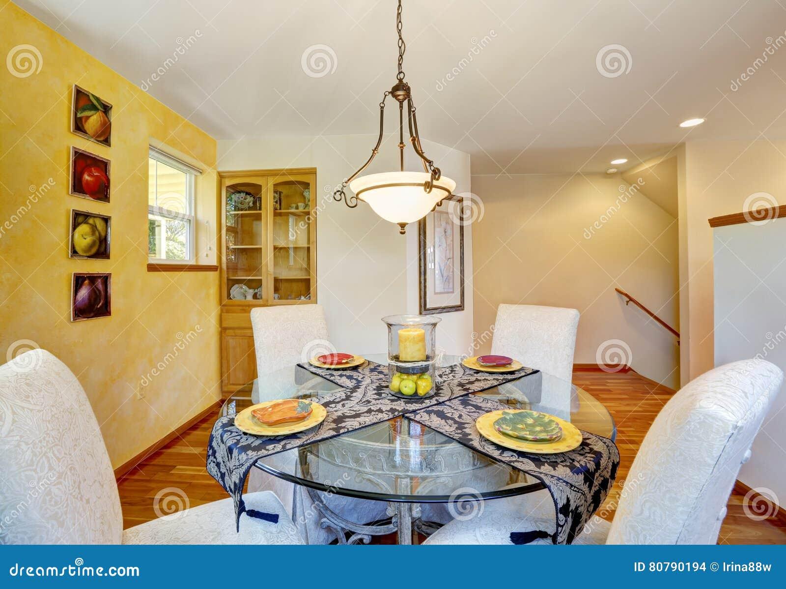 Binnenland van eetkamer met gele muur en hardhoutvloer stock foto