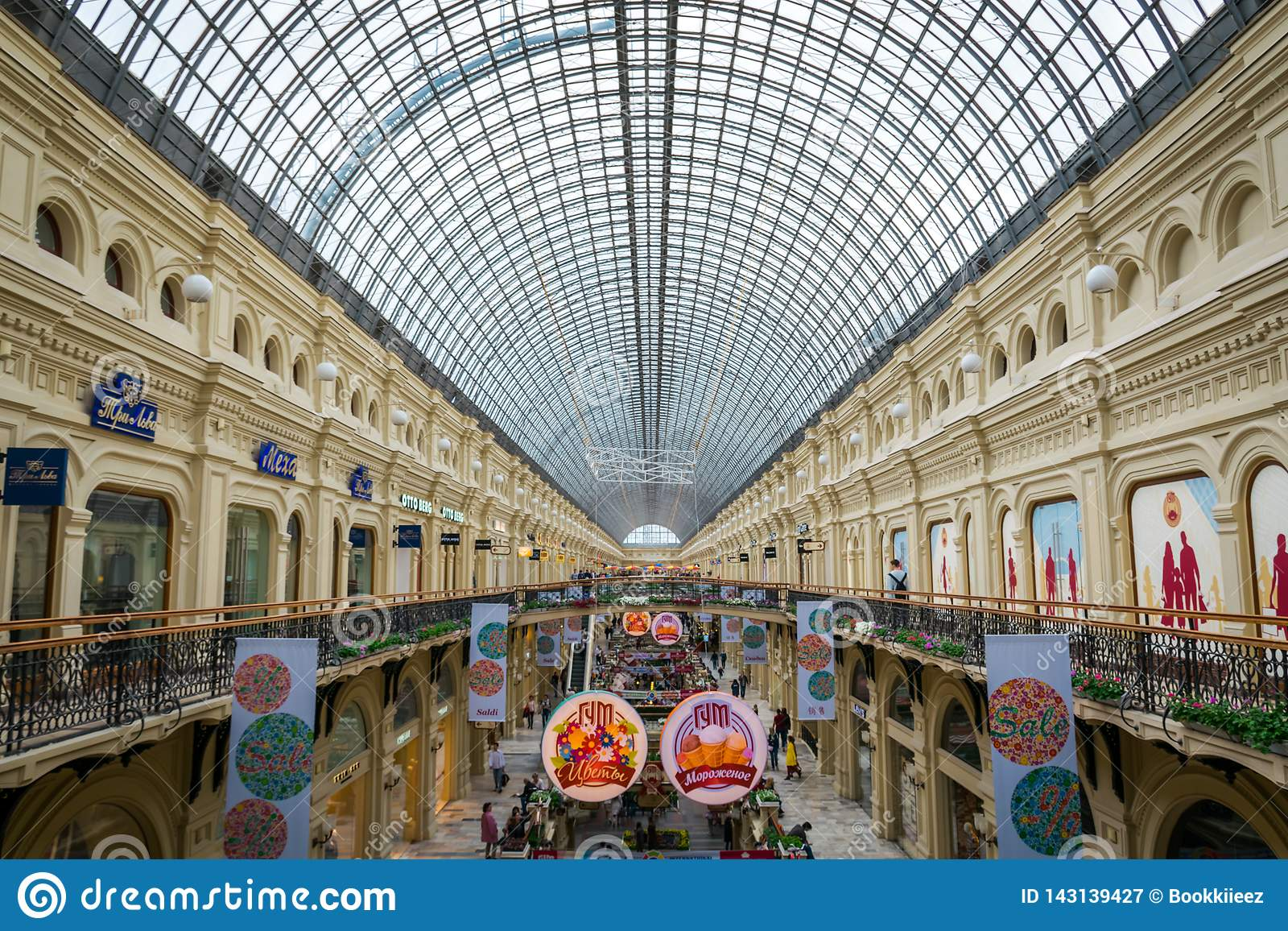 Binnenland van GOMwinkelcomplex bij Rood Vierkant in Moskou, Rusland