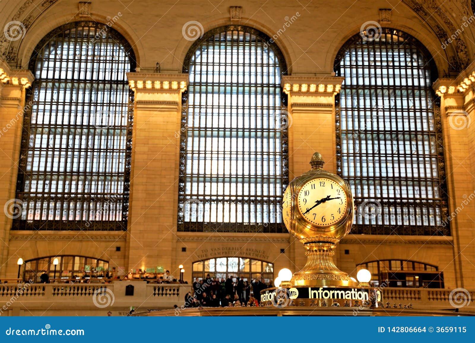 Binnenland van Hoofdsamenkomst van Grand Central -Terminal met Klok en mensen die rondwandelen Mooie vensters erachter close-up