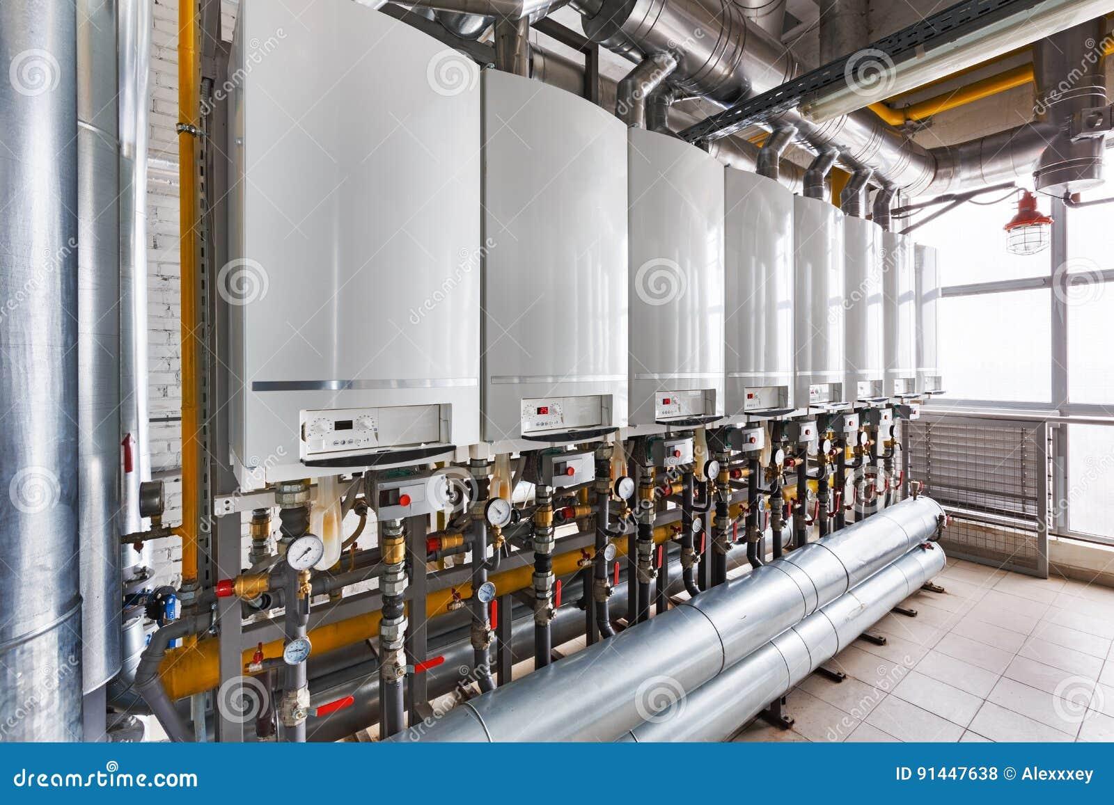 Binnenland van industrieel, gasketelhuis met heel wat boilers a