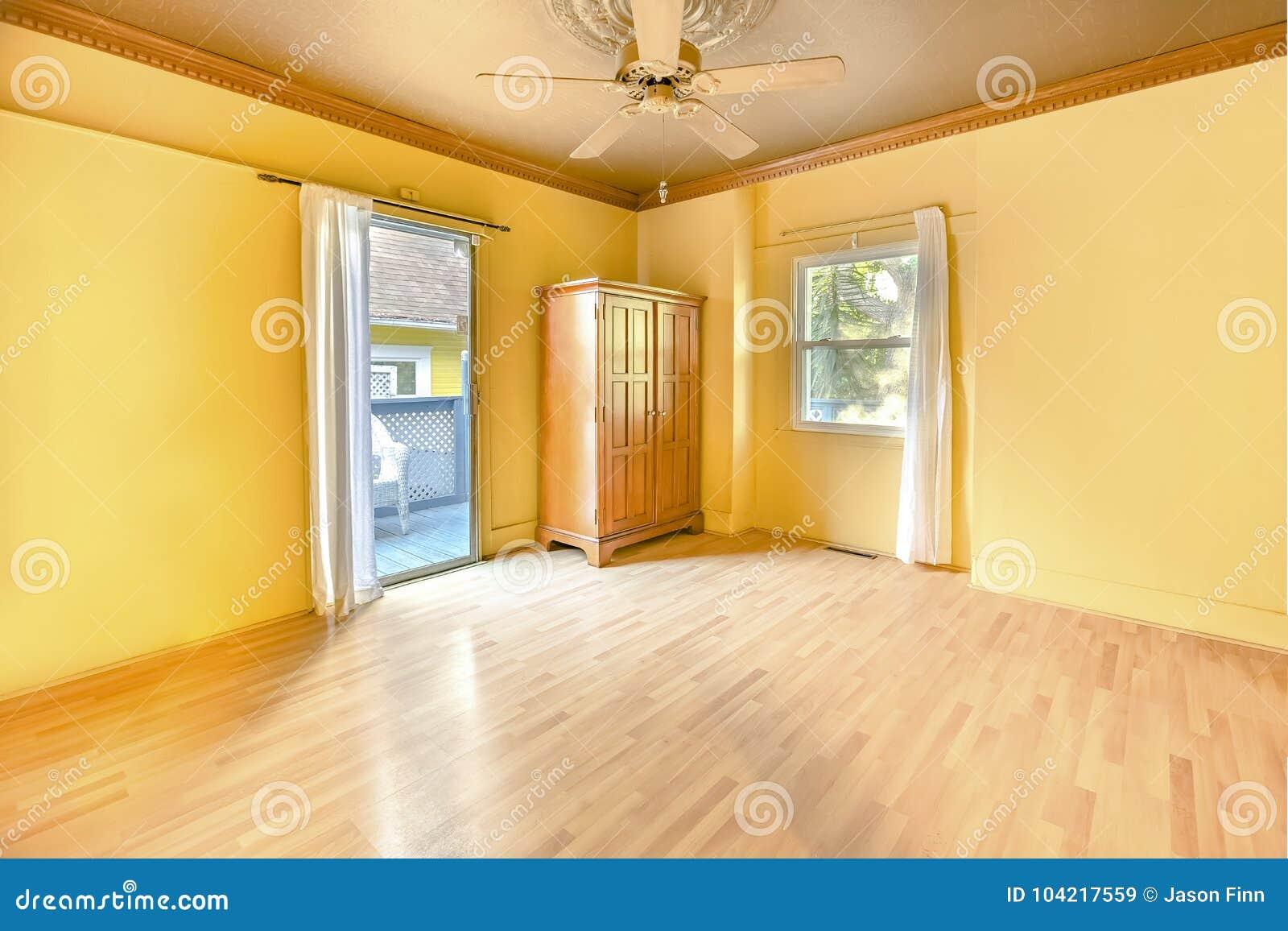 Binnenland van lege hoofdslaapkamer in het heldere zonnige huis van San Diego