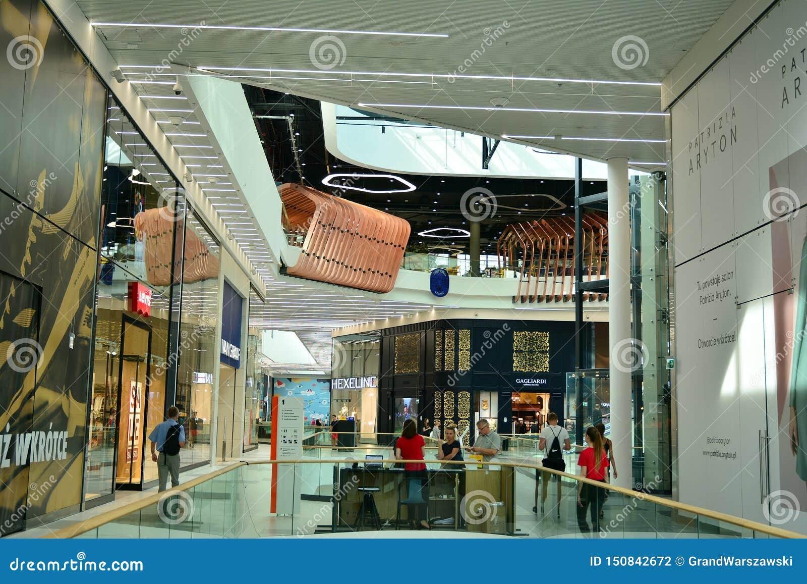 Binnenland van modern winkelcentrum Galeria Mlociny