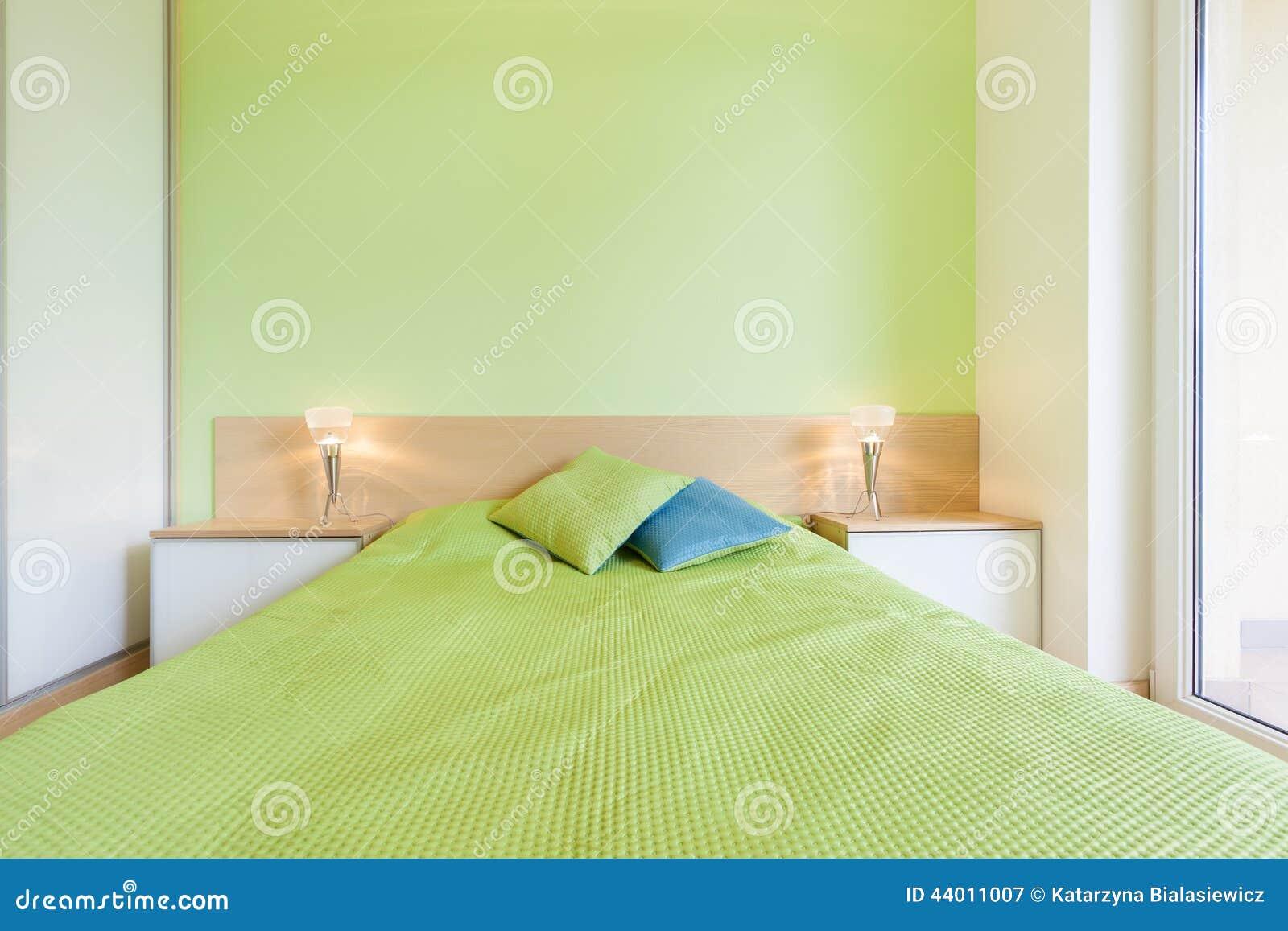 Binnenland van slaapkamer met groene muur stock foto   afbeelding ...