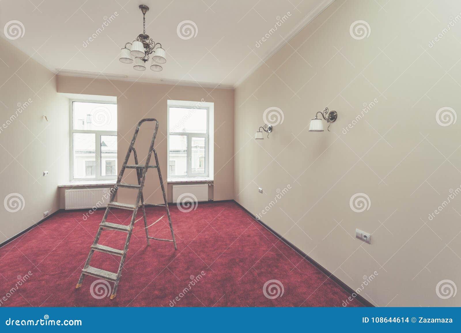 Binnenland van verbeteringsflat met ladder en sommige badkamersinrichtingen na het remodelleren, vernieuwing, uitbreiding, restau