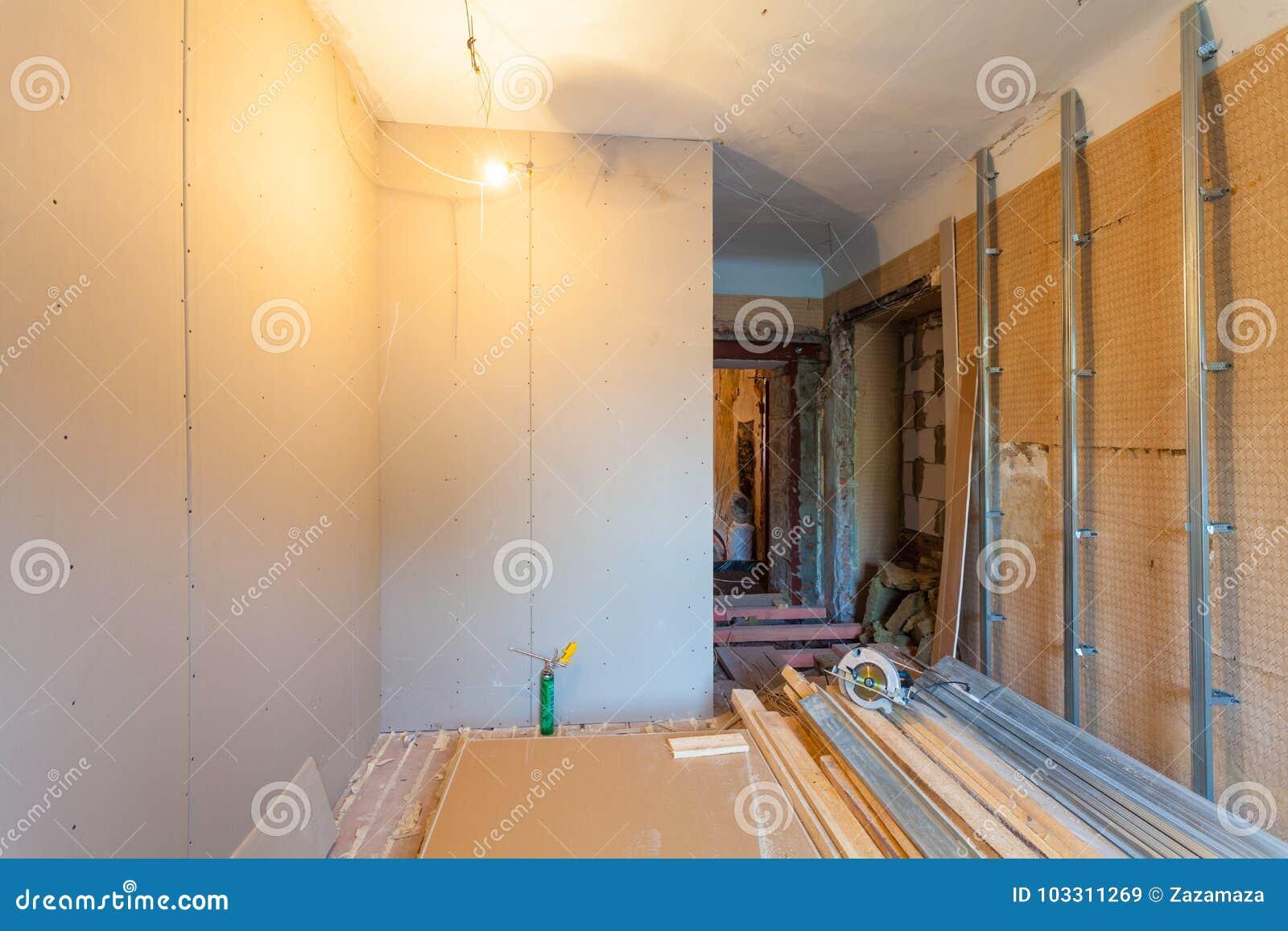 Binnenland van verbeteringsflat met materialen tijdens op het remodelleren, vernieuwing, uitbreiding, restauratie