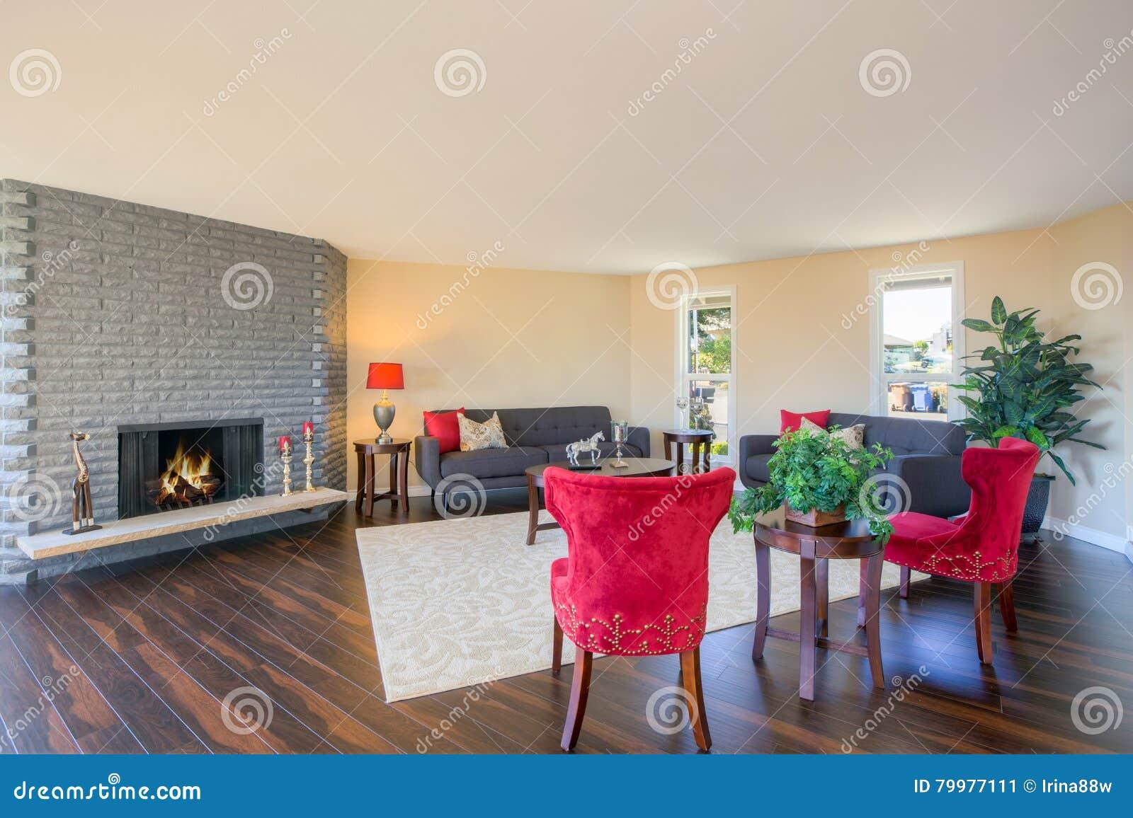 Binnenland van woonkamer in grijze en rode kleuren stock foto afbeelding 79977111 - Grijze en rode muur ...