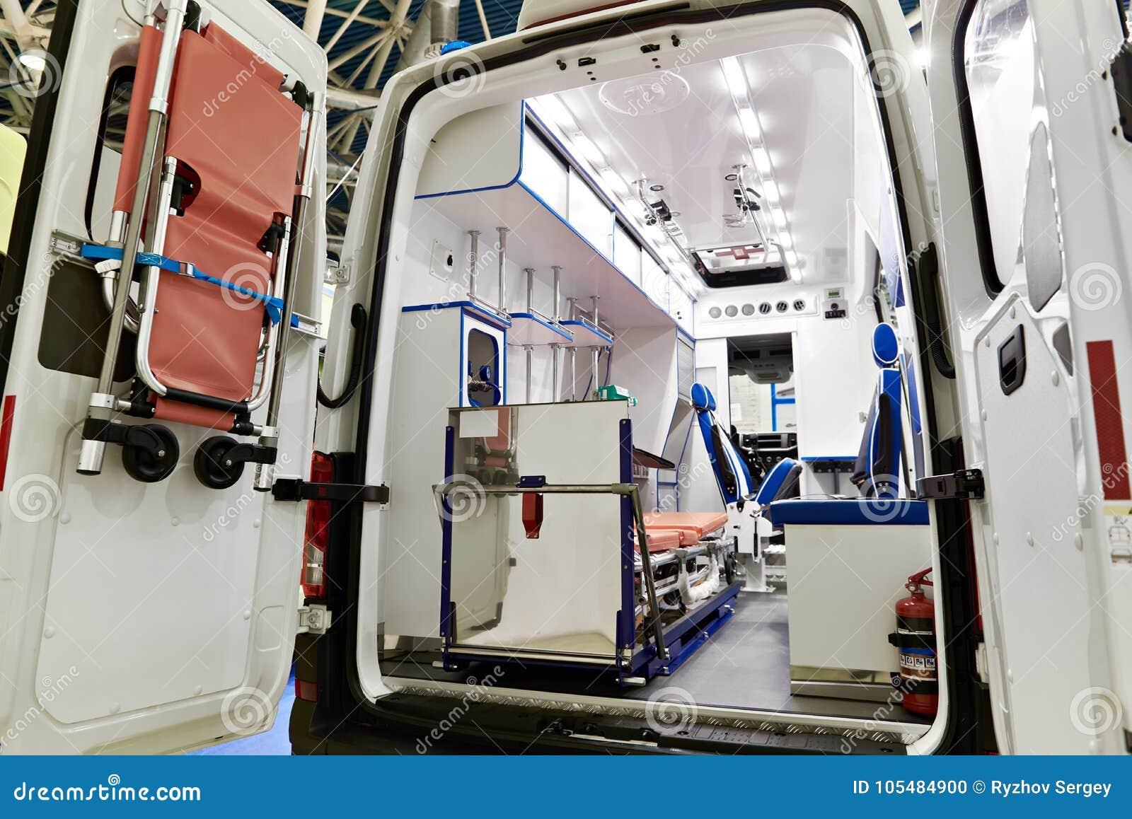 Binnenland van ziekenwagen met medische apparatuur