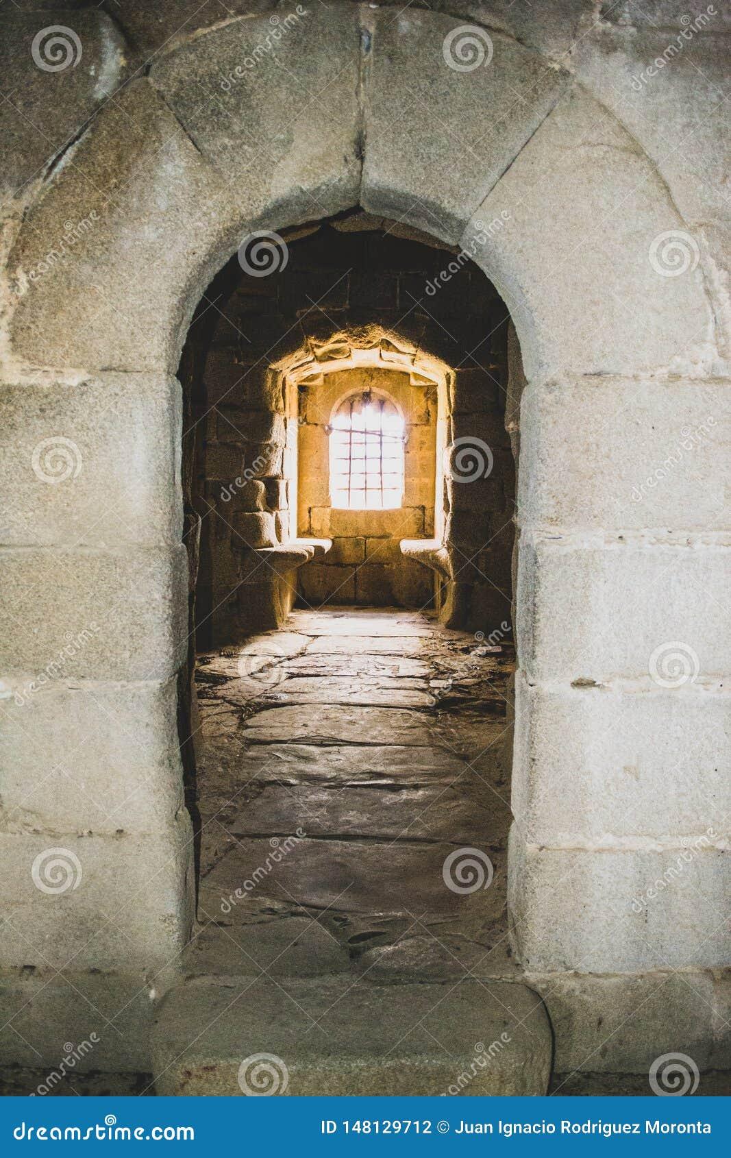 Binnenlands venster van het kasteel in het verlaten dorp
