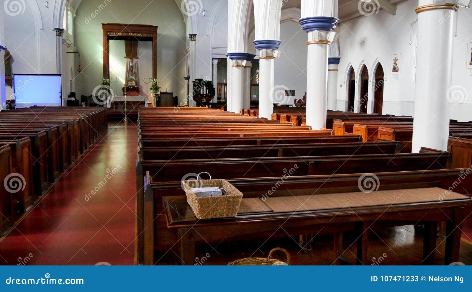 Binnenlands wijd geschoten van een begrafeniskapel