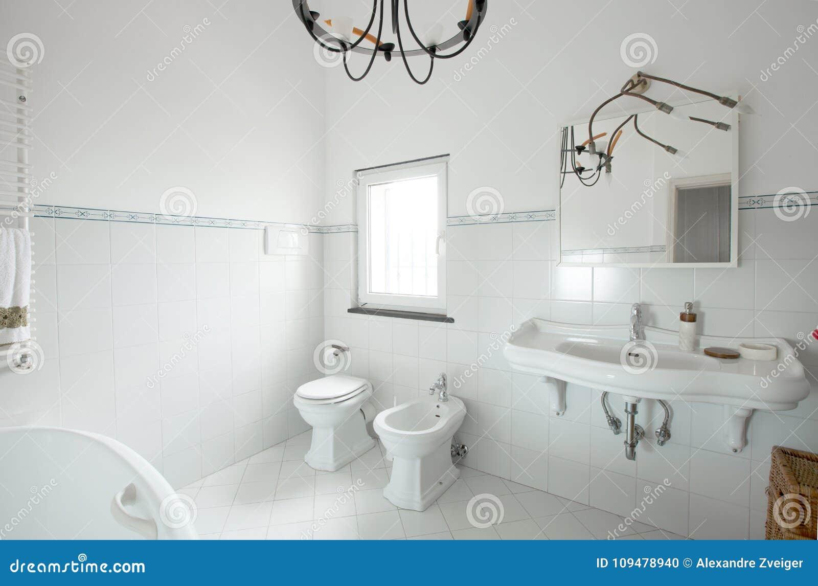 Binnenlandse flat, witte badkamerswhit tegel