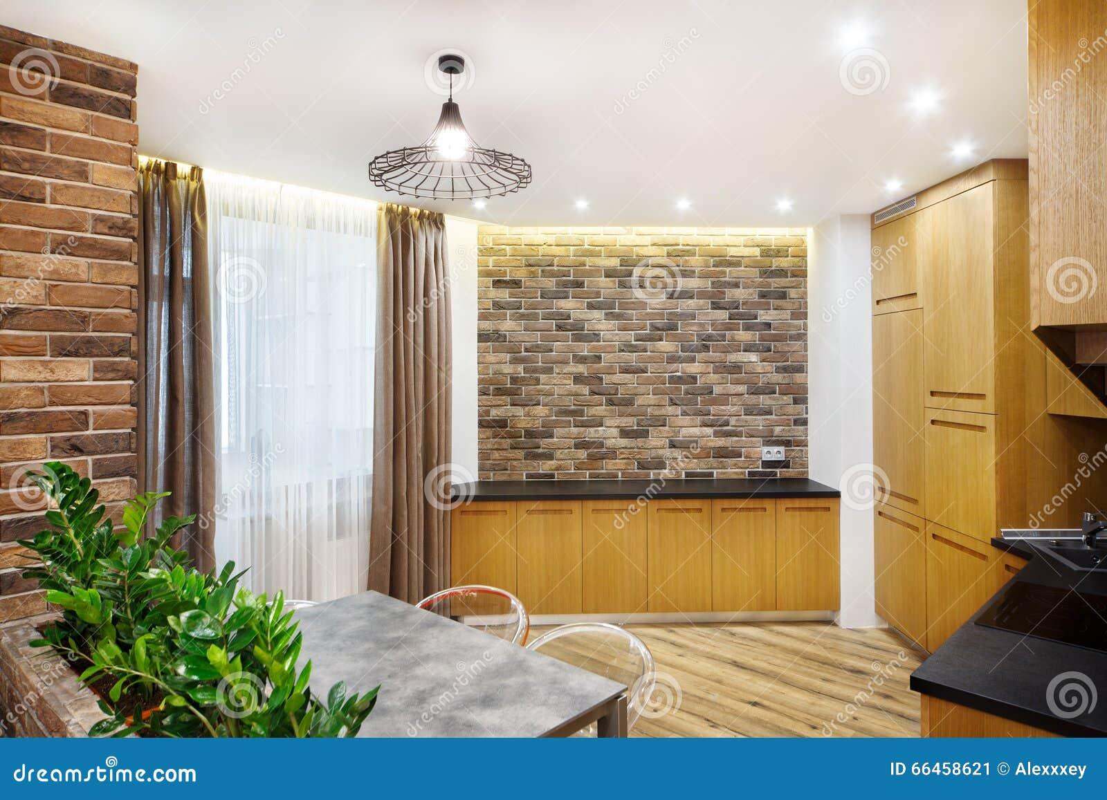 Binnenlandse keuken, met eettafel en een bakstenen muur stock foto ...