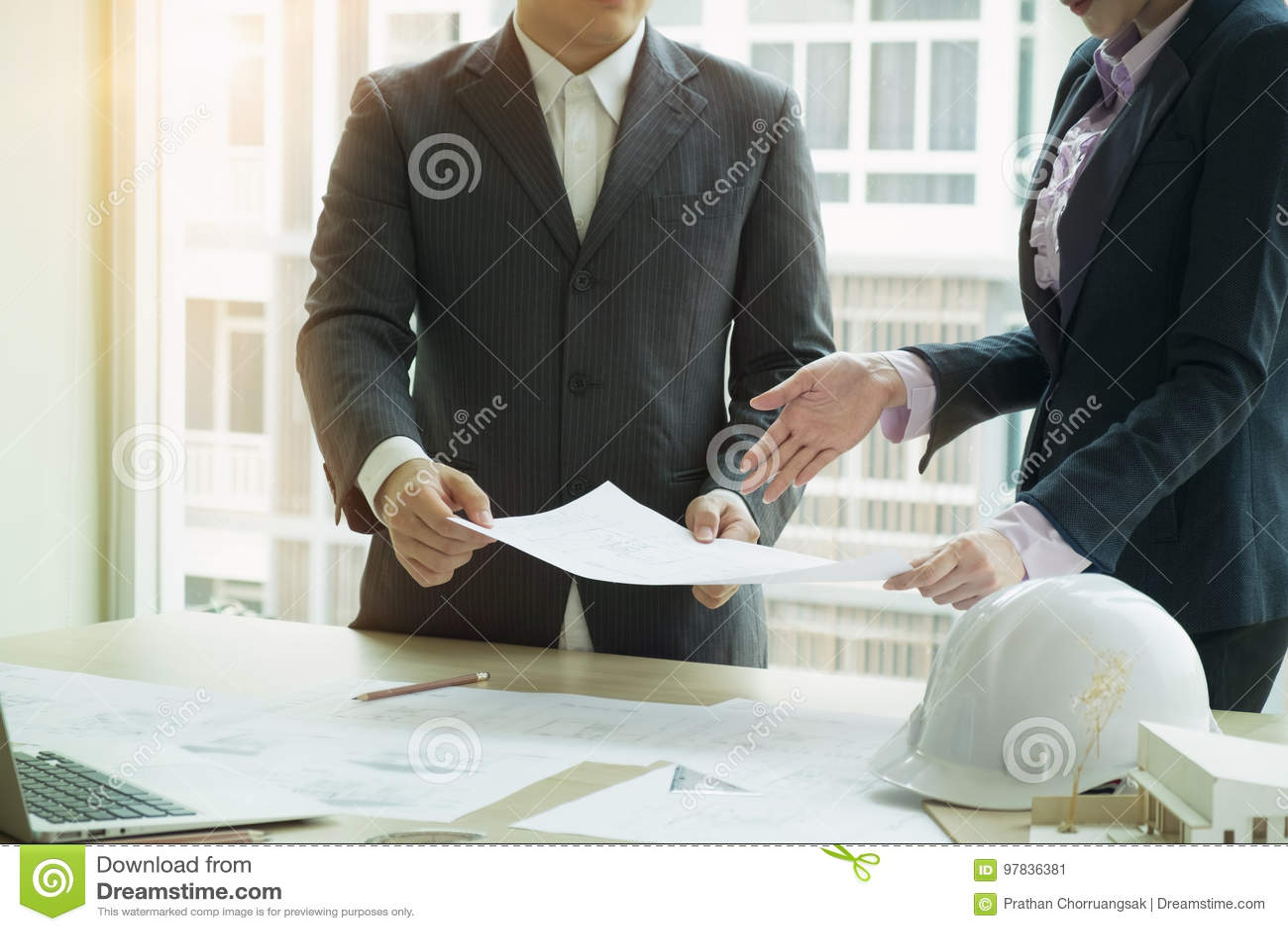 Binnenlandse ontwerperteam planning met bouwhuis