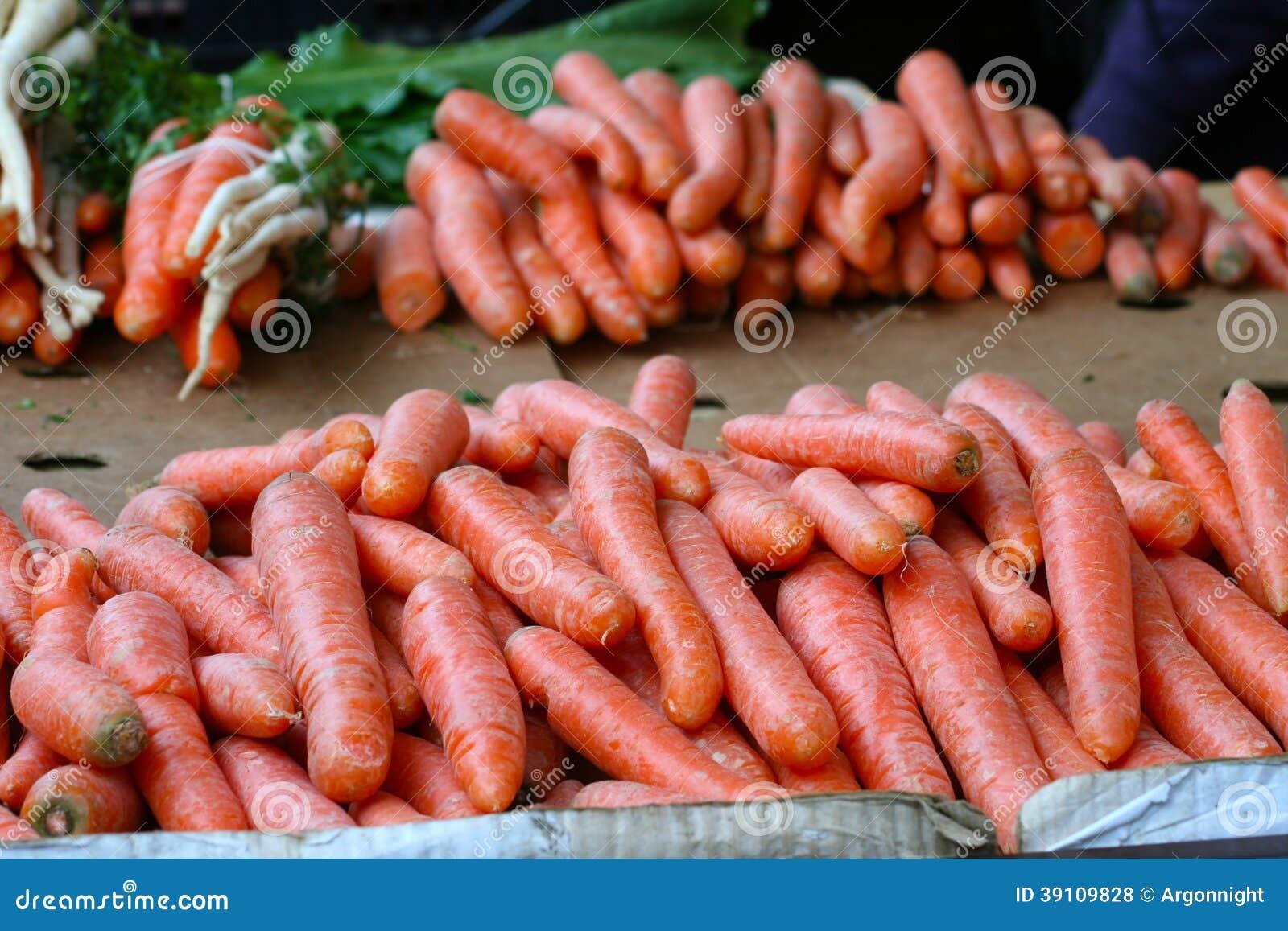 Binnenlandse organische wortelen op markt
