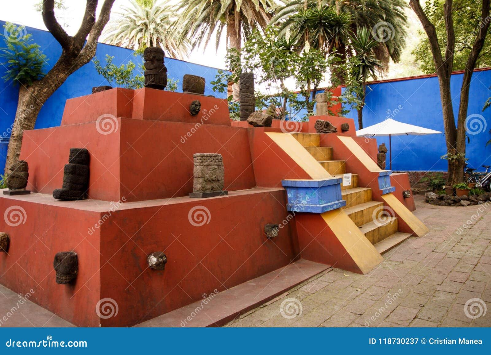 Binnenlandse werf van Blauw Huisla Casa Azul waar de Mexicaanse kunstenaar Frida Kahlo leefde