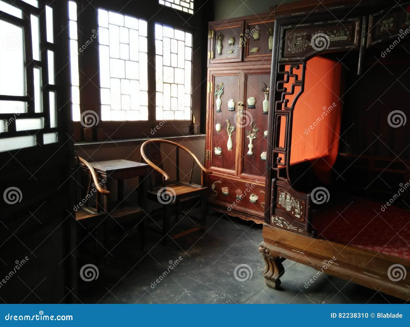 Traditioneel Chinees Bed : Binnenmening van een chinees traditioneel huis stock foto