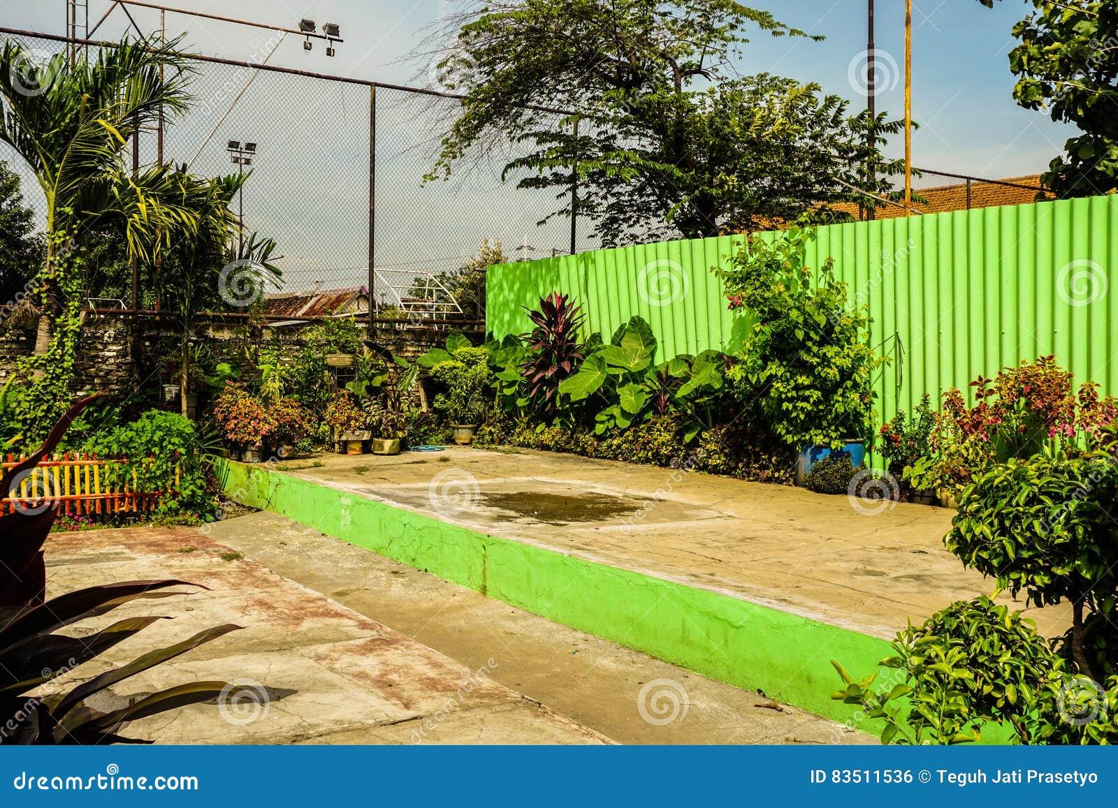 Binnenplaats met mooie tuin en een groene die muurfoto in Semarang Indonesië wordt genomen