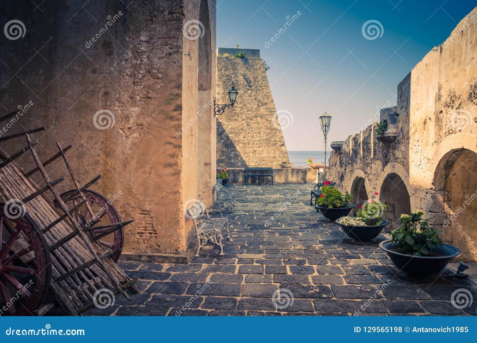 Binnenplaats oud middeleeuws kasteel Castello Ruffo, Scilla, Italië