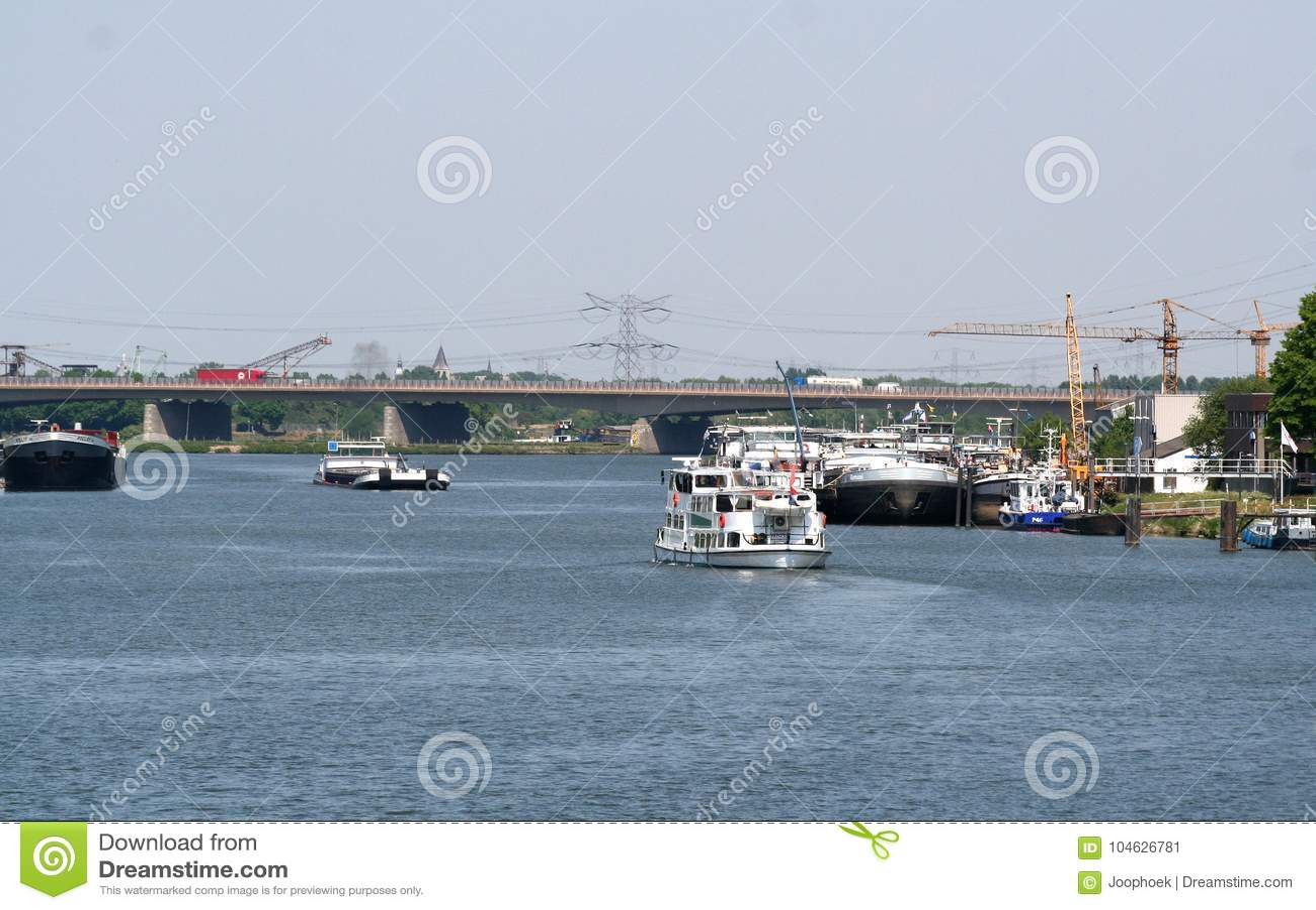 Download Binnenscheepvaart Op De Rivier Meuse Redactionele Foto - Afbeelding bestaande uit boten, d0: 104626781