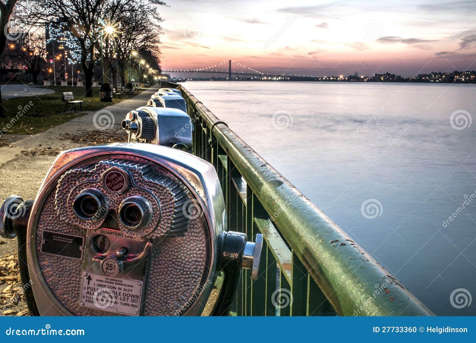 Binokel entlang dem Detroit-Fluss
