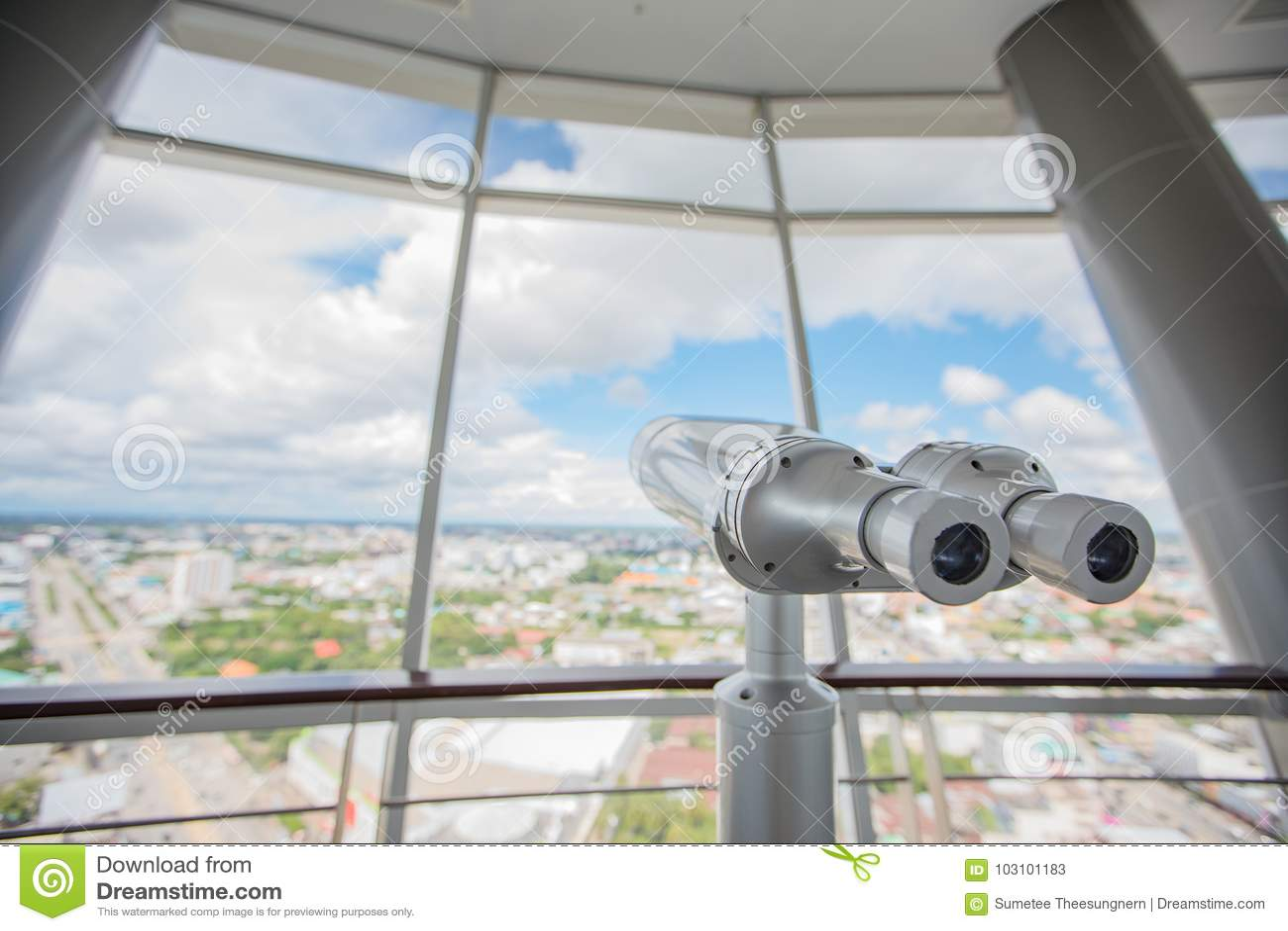 Binokulärt på överkanten av byggnad för Touristic teleskopblick på