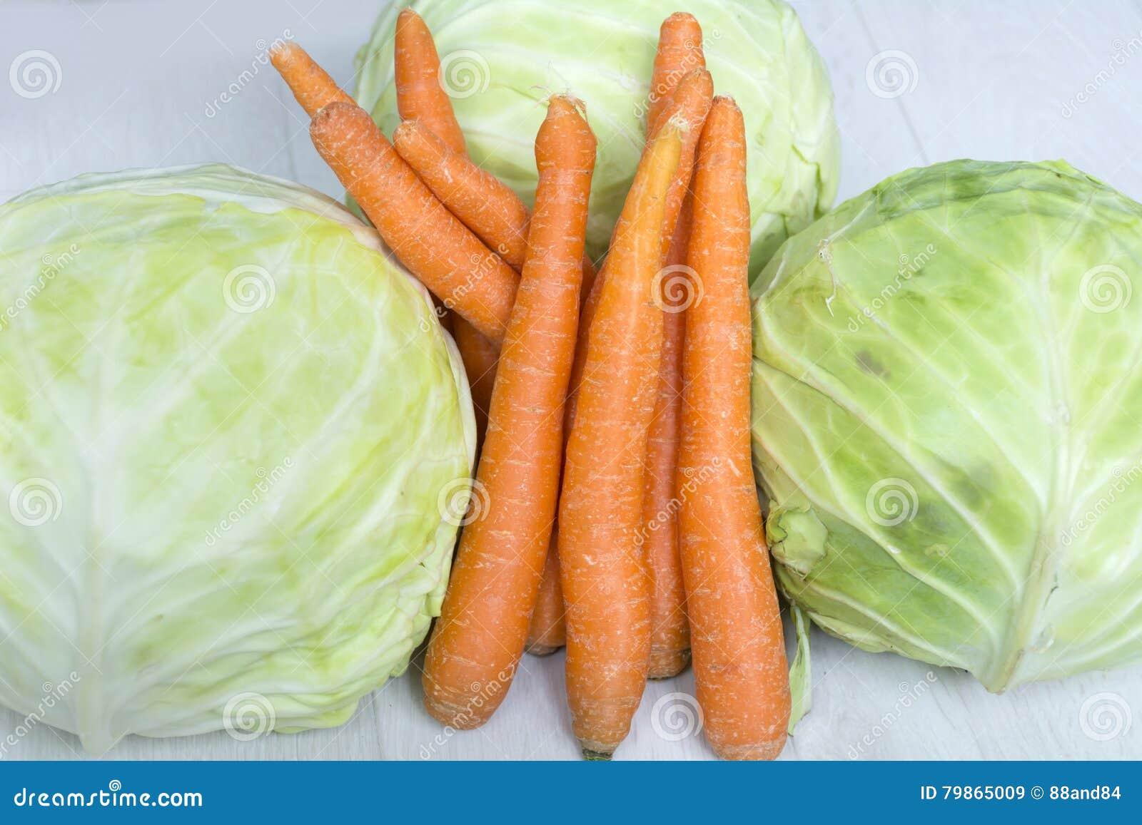 Bio- cavolo e carote freschi