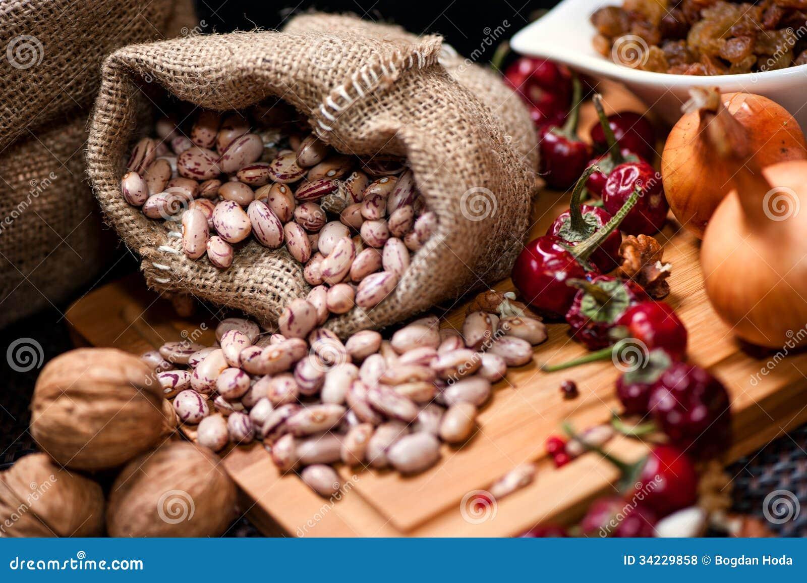 Bio cebollas, nueces, habas y pimienta secada como ingredientes alimentarios