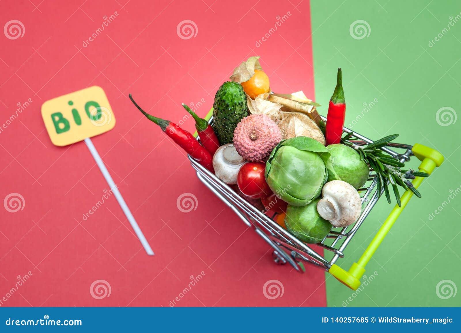 Bio- concetto dell alimento biologico di salute, carrello in supermercato in pieno della frutta e verdure,