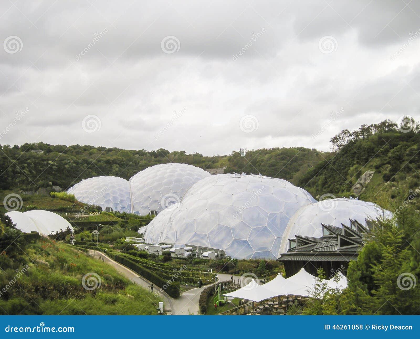 Biodomes in een Vallei
