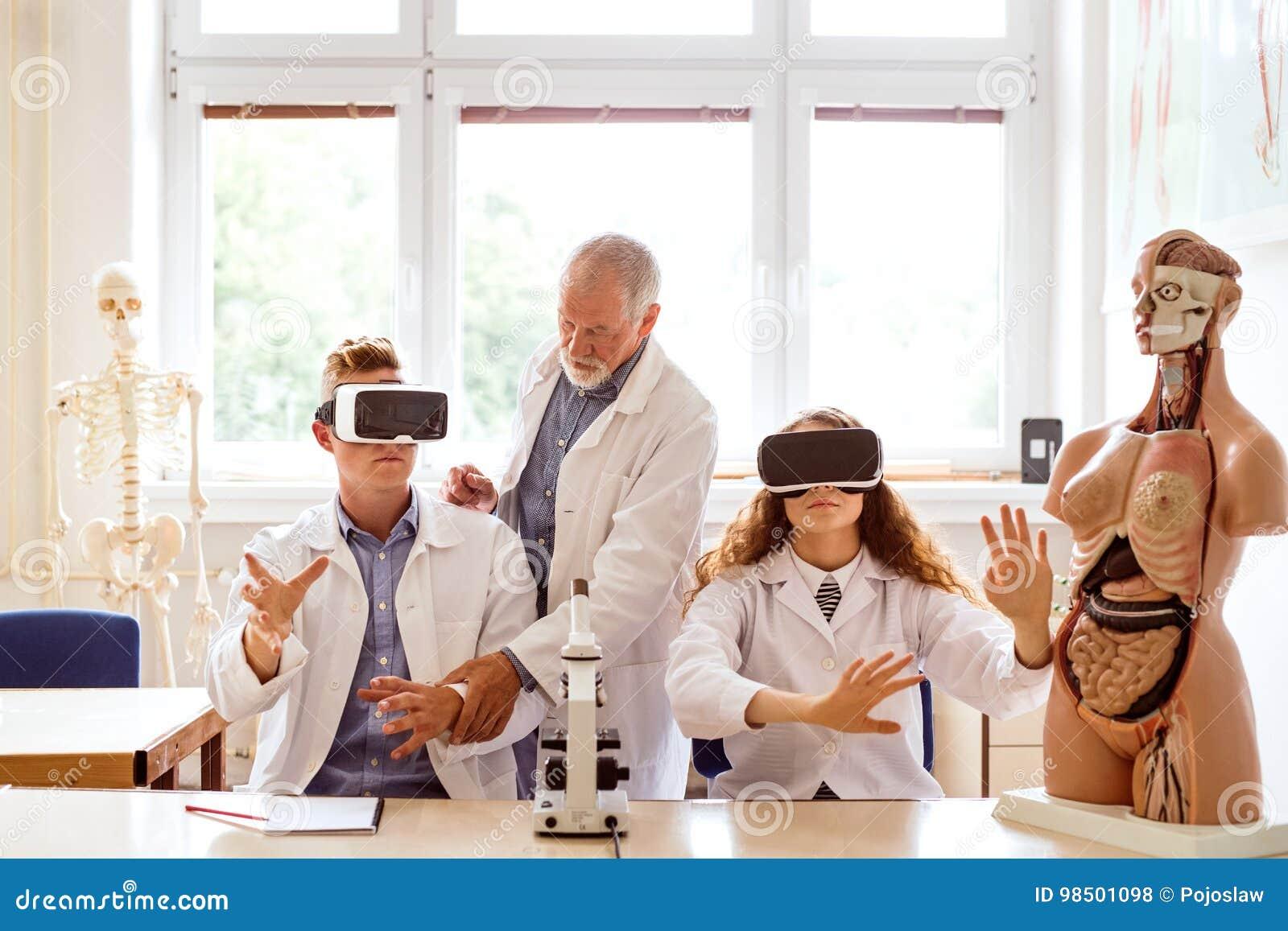 Biología de enseñanza del profesor mayor a los estudiantes de la High School secundaria en trabajo